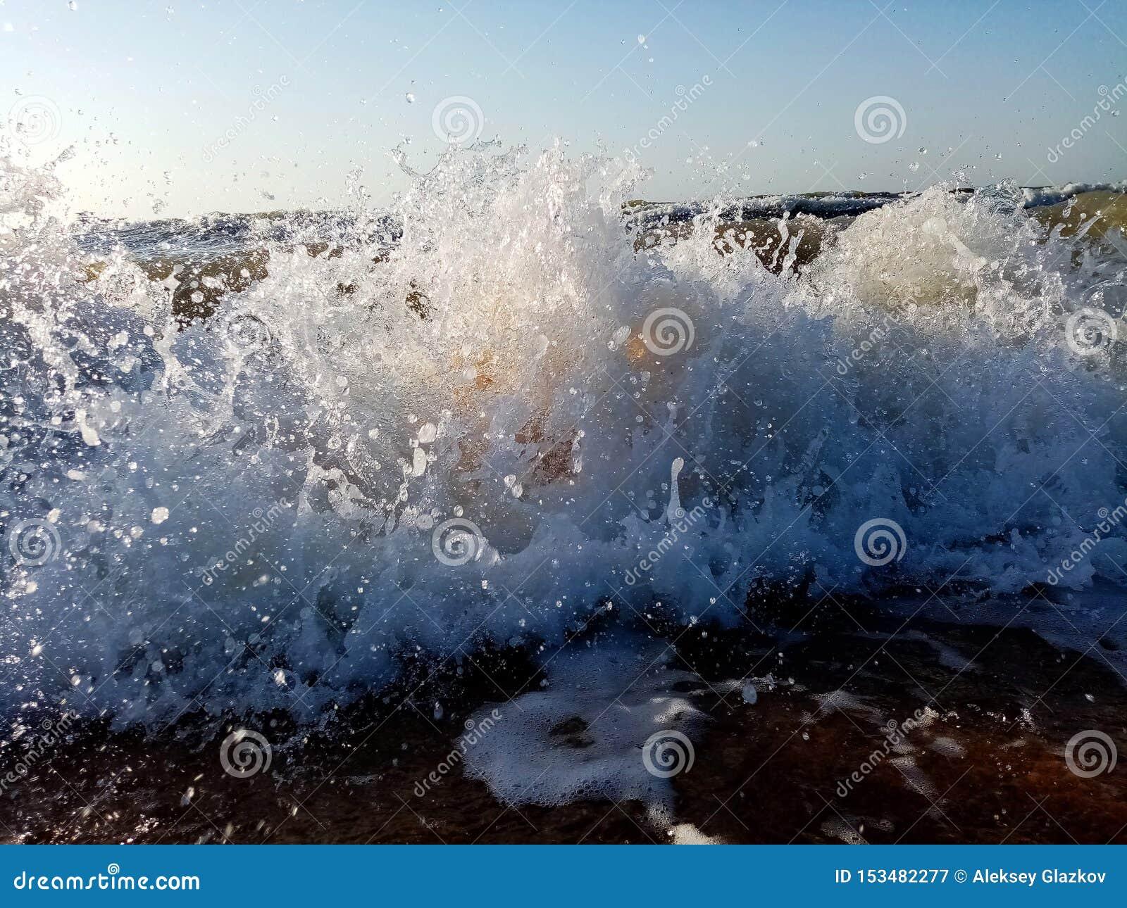 Vagues en mer Éclaboussement des vagues des baisses de l eau