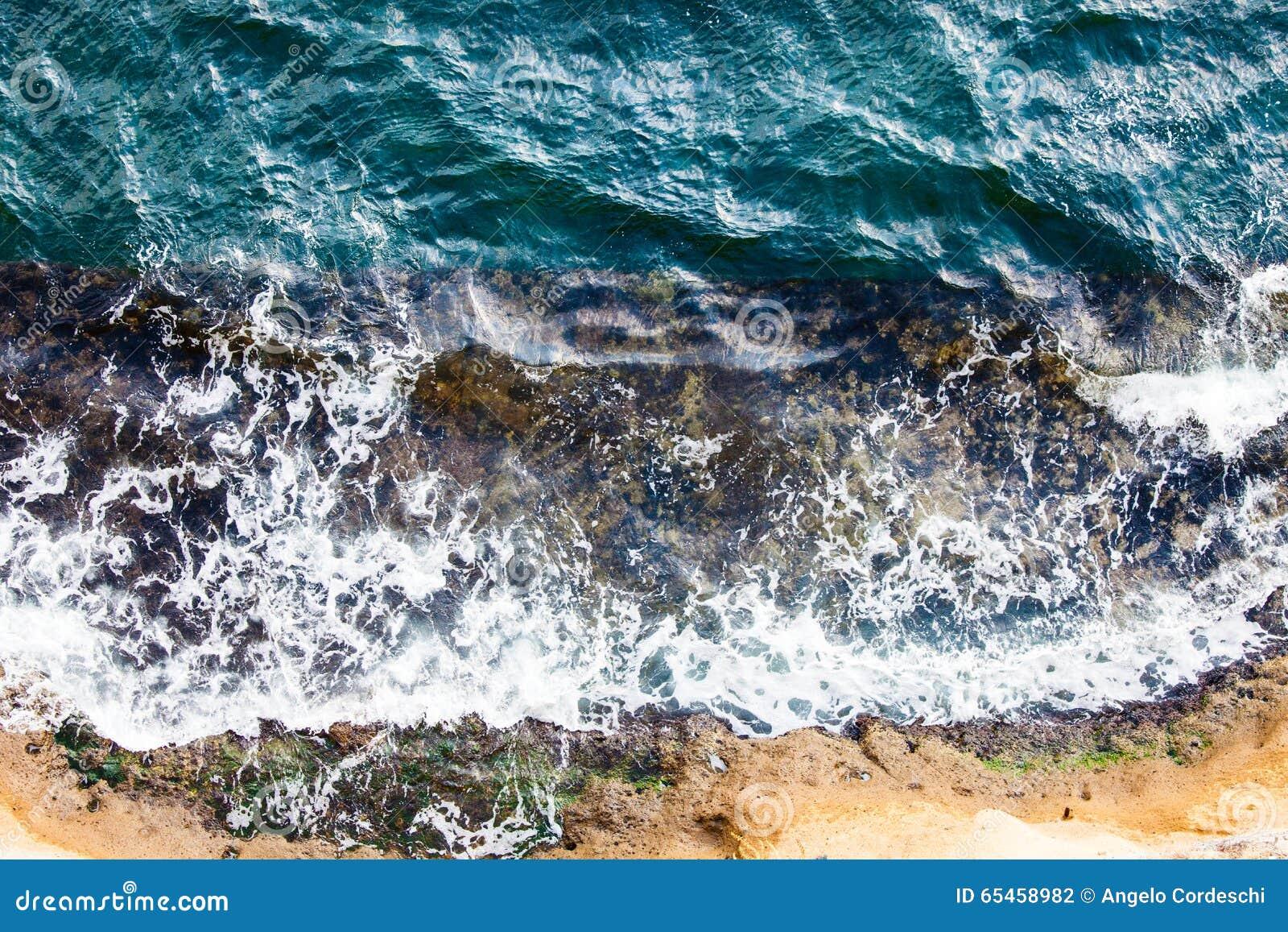 Vagues se brisant la rupture sur les roches Vue aérienne de surface de mer de bourdon
