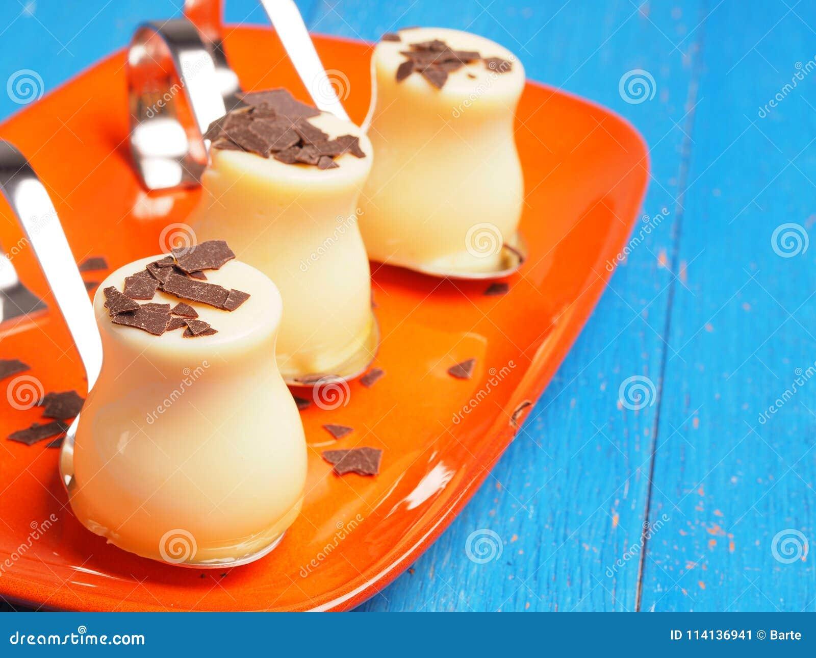 Vainilla dulce puding con las escamas del chocolate