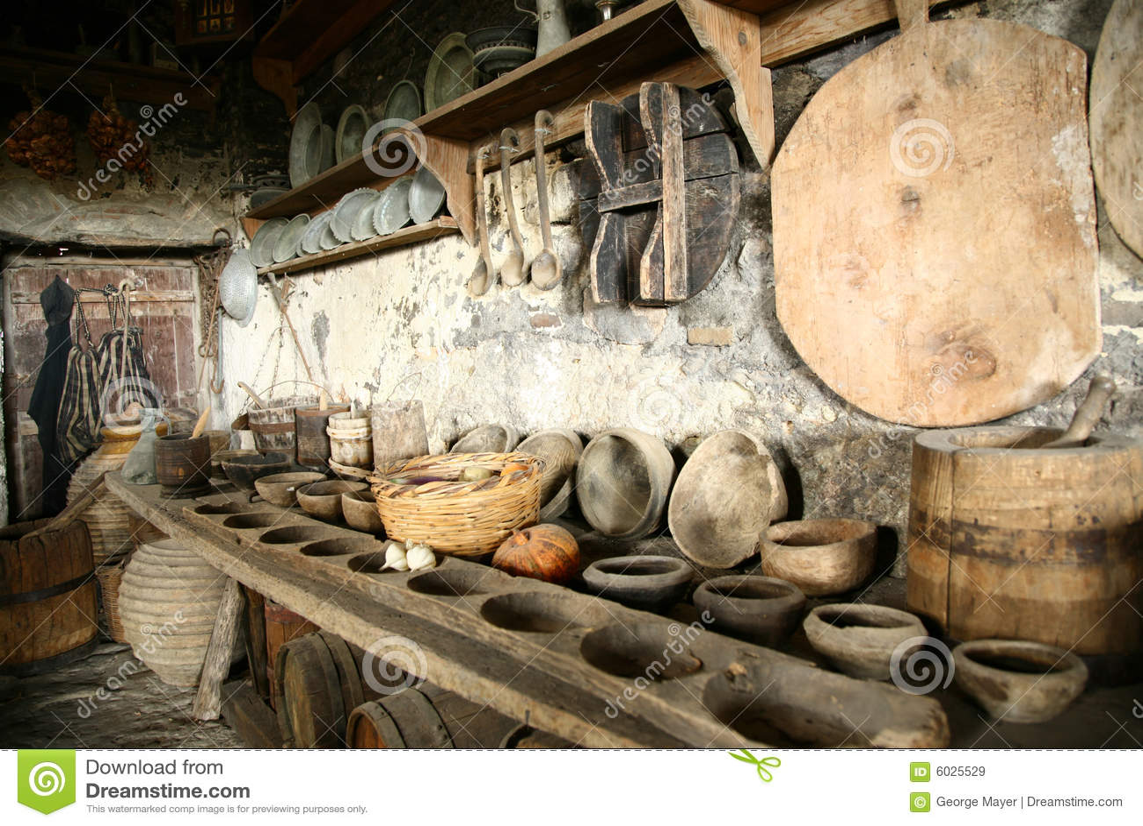 Vaisselle ancienne dans la vieille cuisine images libres - Cuisine ancienne photo ...