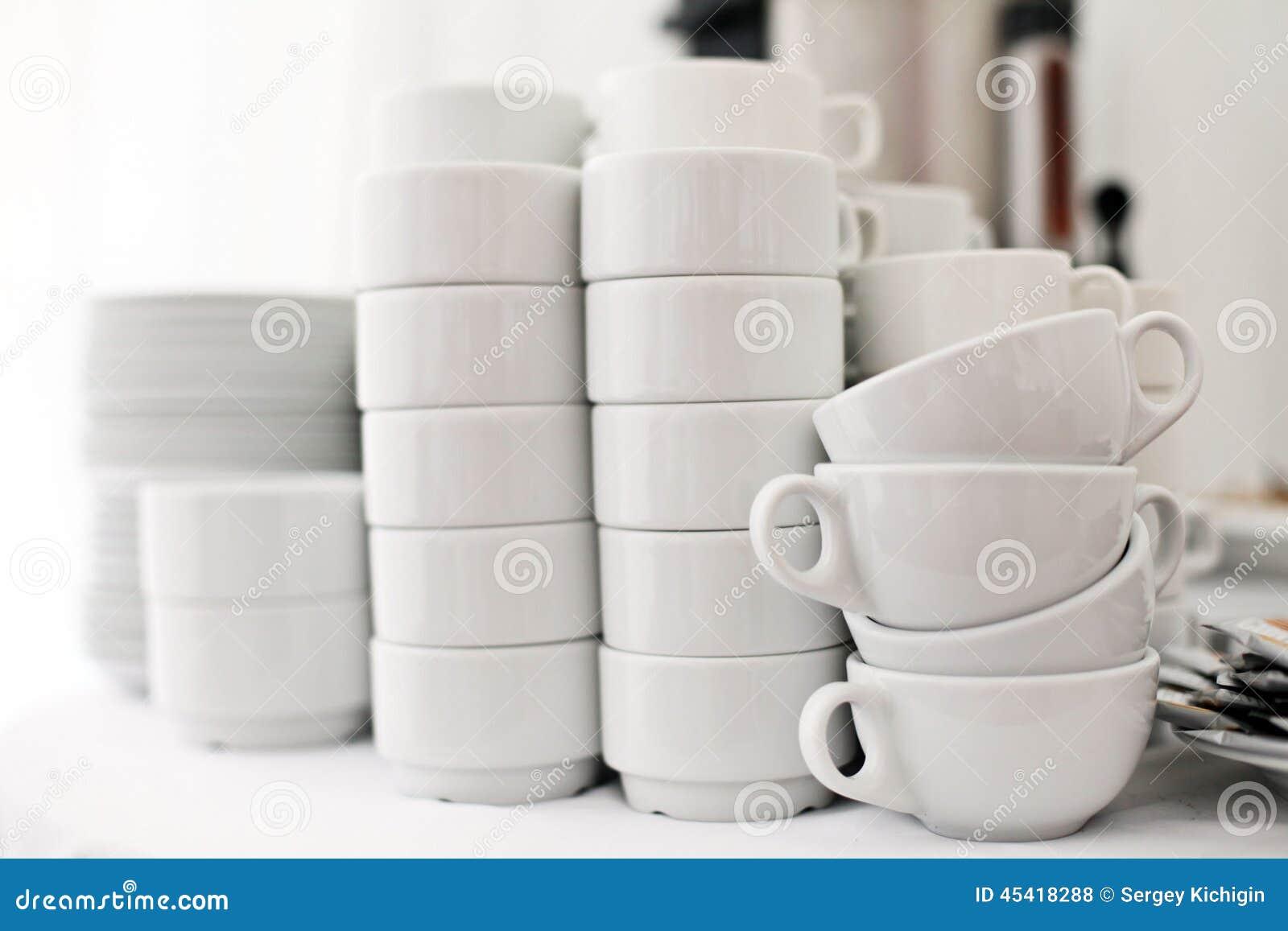 Vaisselle blanche sur un fond blanc un restaurant photo for Fond blanc cuisine