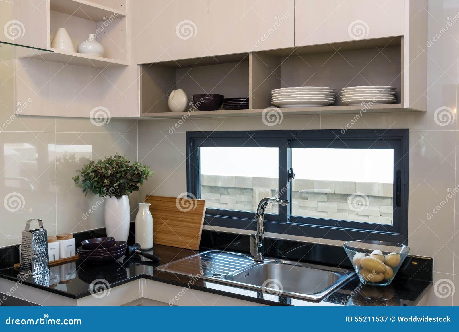 vaisselle de cuisine en céramique sur le plan de travail de marbre