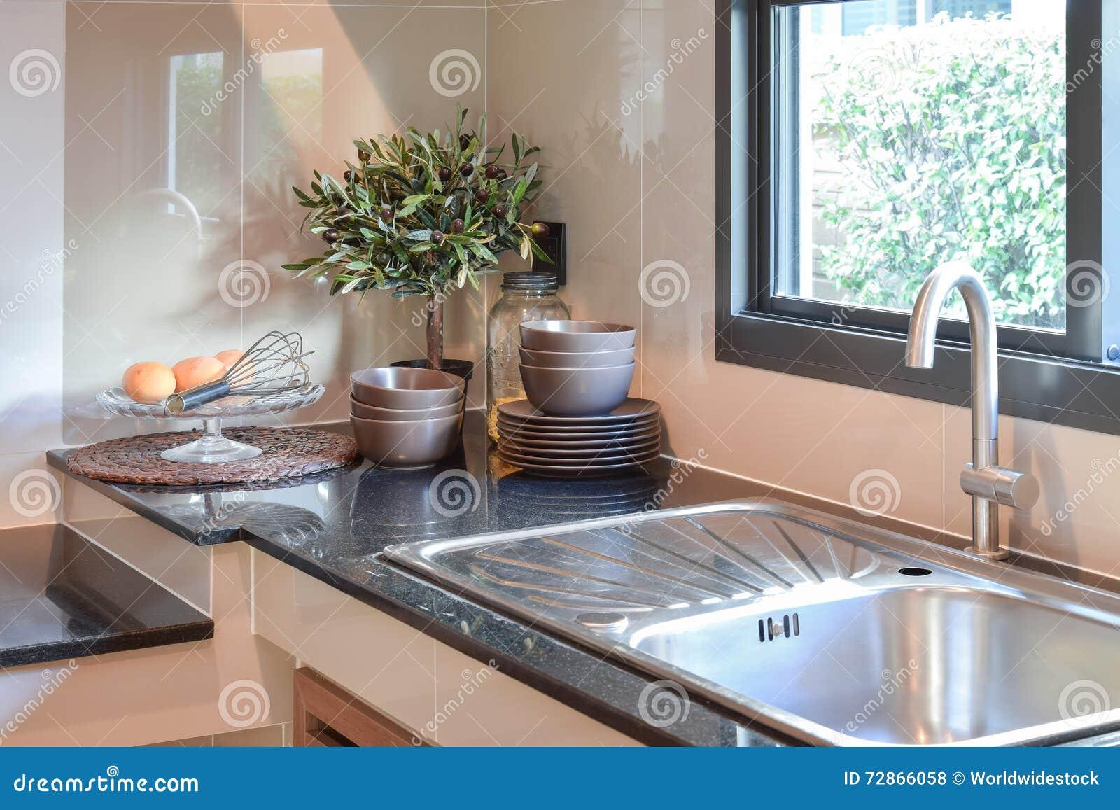 Ceramique Plan De Travail vaisselle de cuisine en céramique sur le plan de travail et