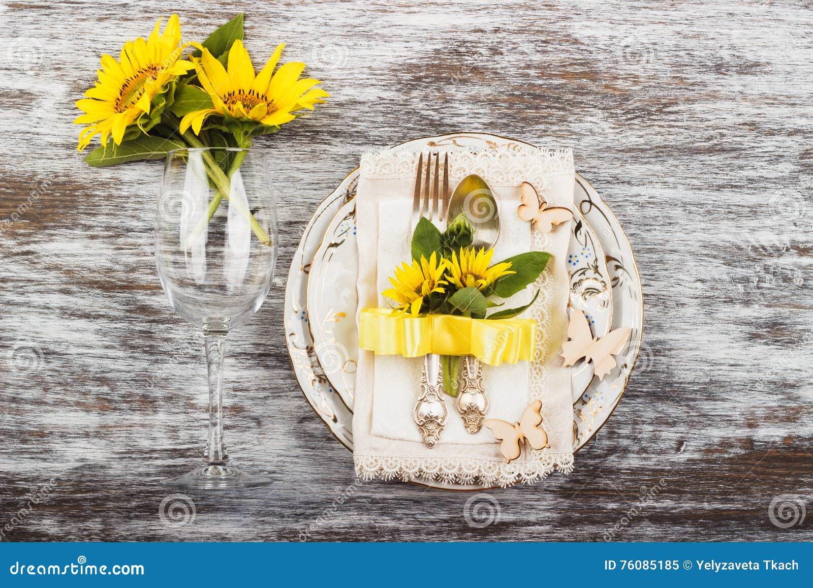 Vaisselle et argenterie avec des tournesols