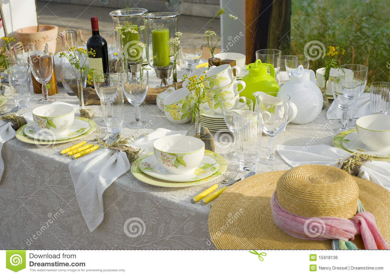 vaisselle moderne photo stock image du breakfast d ner 15918136. Black Bedroom Furniture Sets. Home Design Ideas