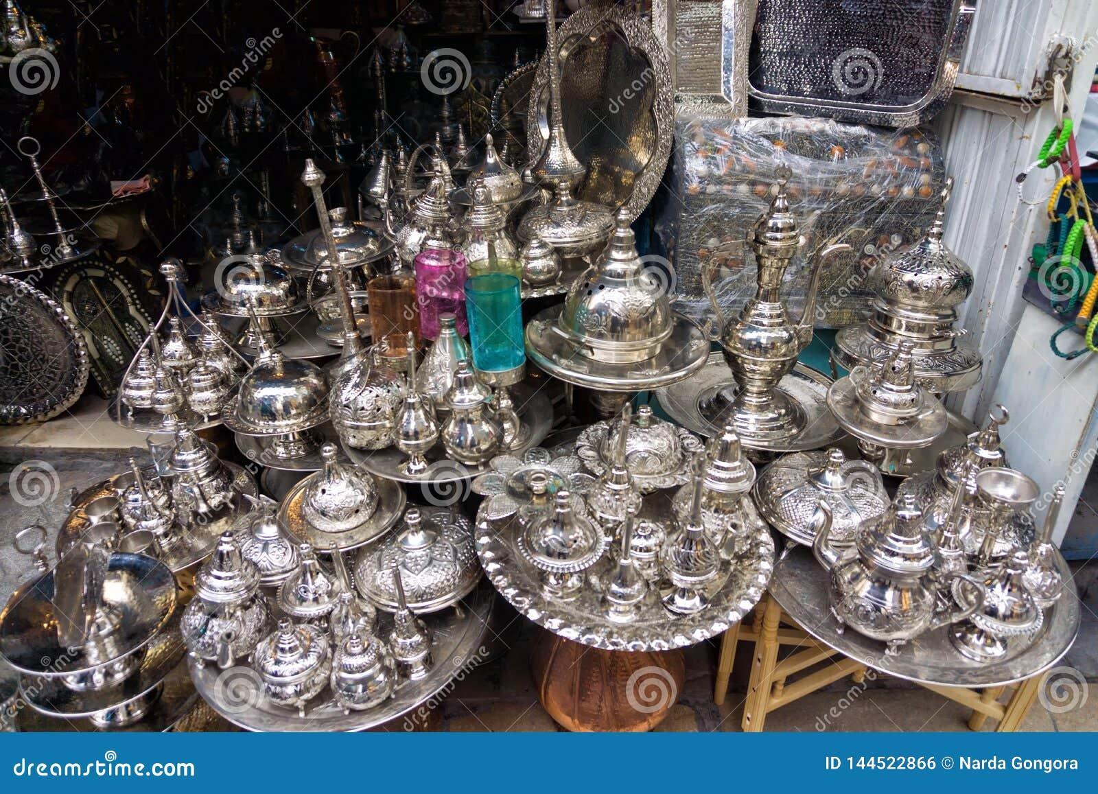 Vajilla hecho a mano martillado por el cobre en Túnez, Túnez