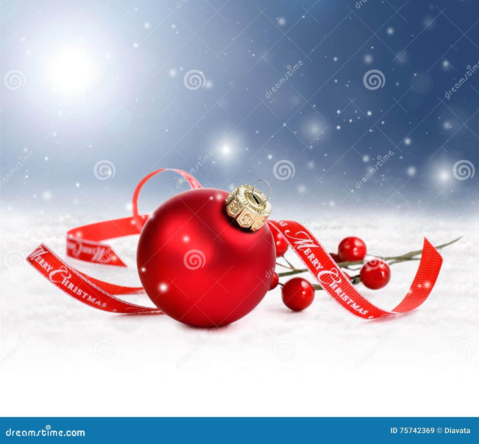 Vakantieachtergrond met rood ornament en vrolijk Kerstmislint in sneeuw