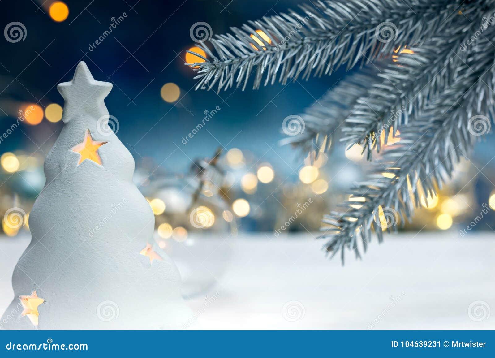 Download Vakantiedecoratie Met De Zilveren Tak Van De Kerstmisboom Op Vaag Stock Afbeelding - Afbeelding bestaande uit kleurrijk, vakantie: 104639231
