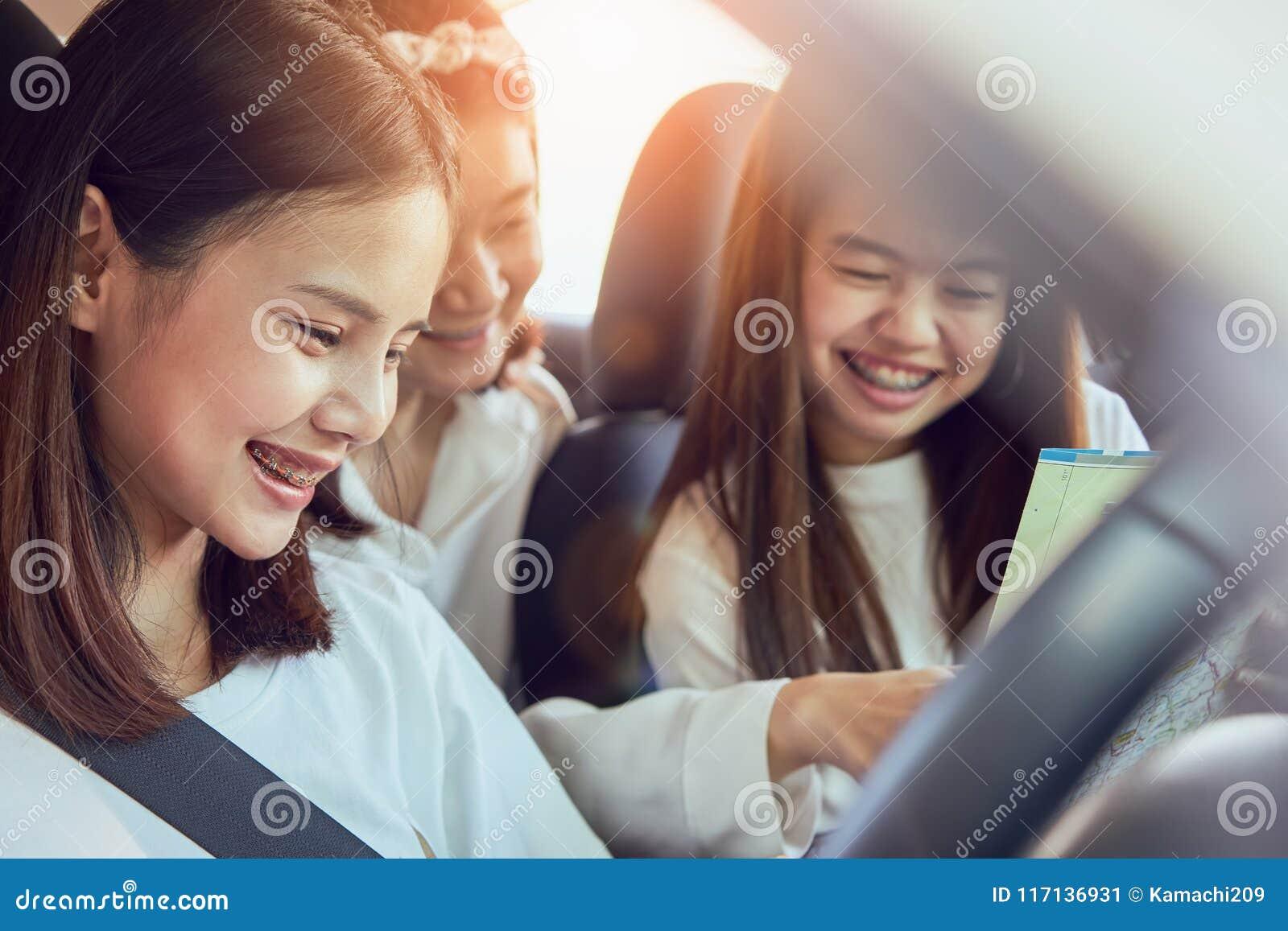 Vakantietijd en reis, drie mooie jonge vrouwen vrolijke reizen samen voor een ontspannende vakantie