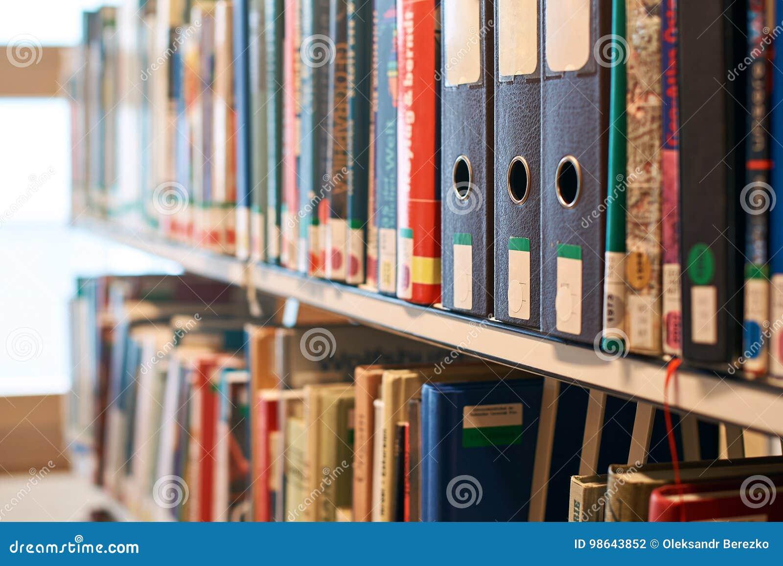 Vakje dossieromslagen op een boekenrek in een bibliotheek