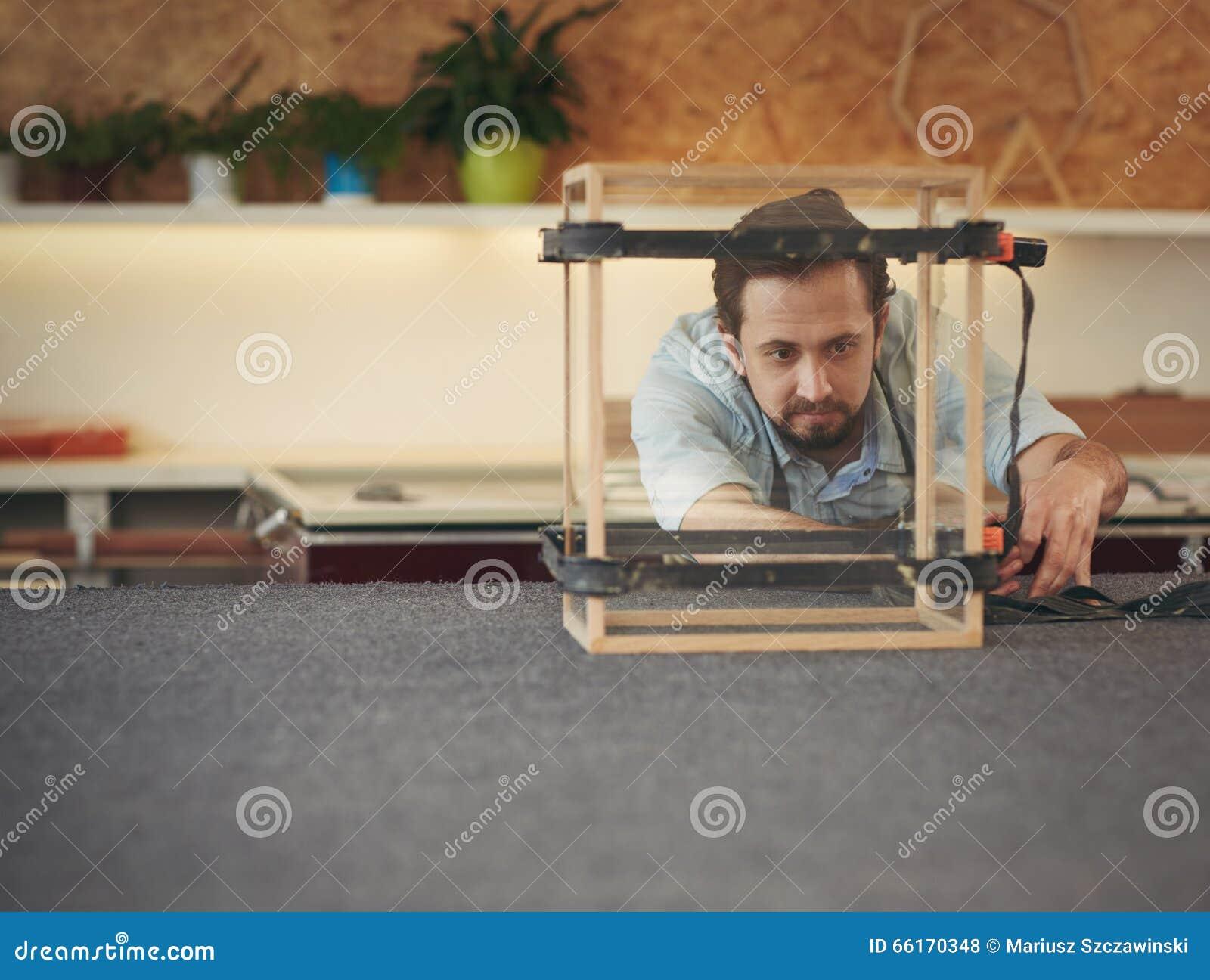 Vakman die het project inspecteren vervaardigt hij in zijn nagel