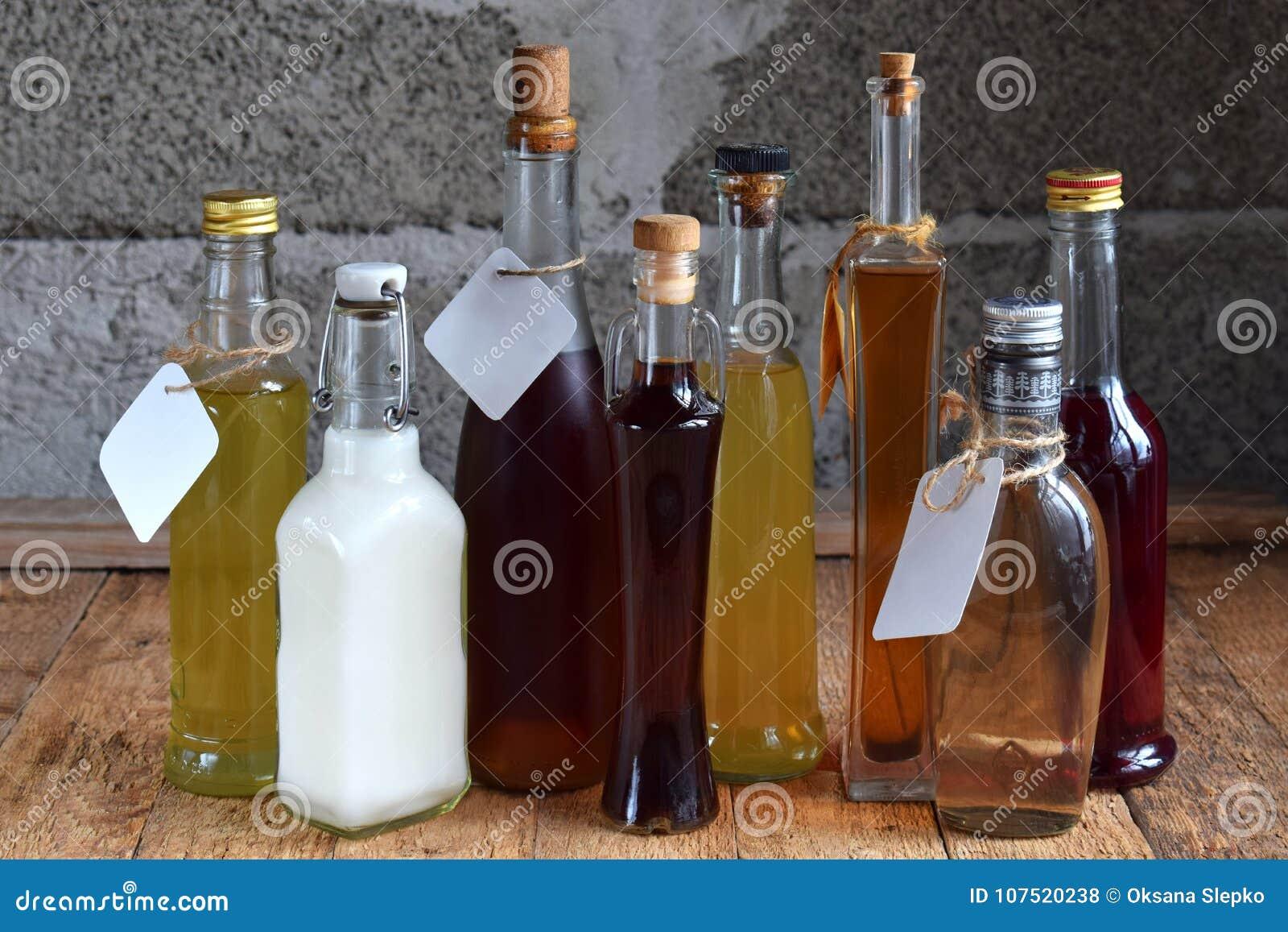 Val av alkoholdrycker Uppsättning av vin, konjak, likör, tinktur, konjak, whiskyflaskor Stor variation av alkohol och spirien