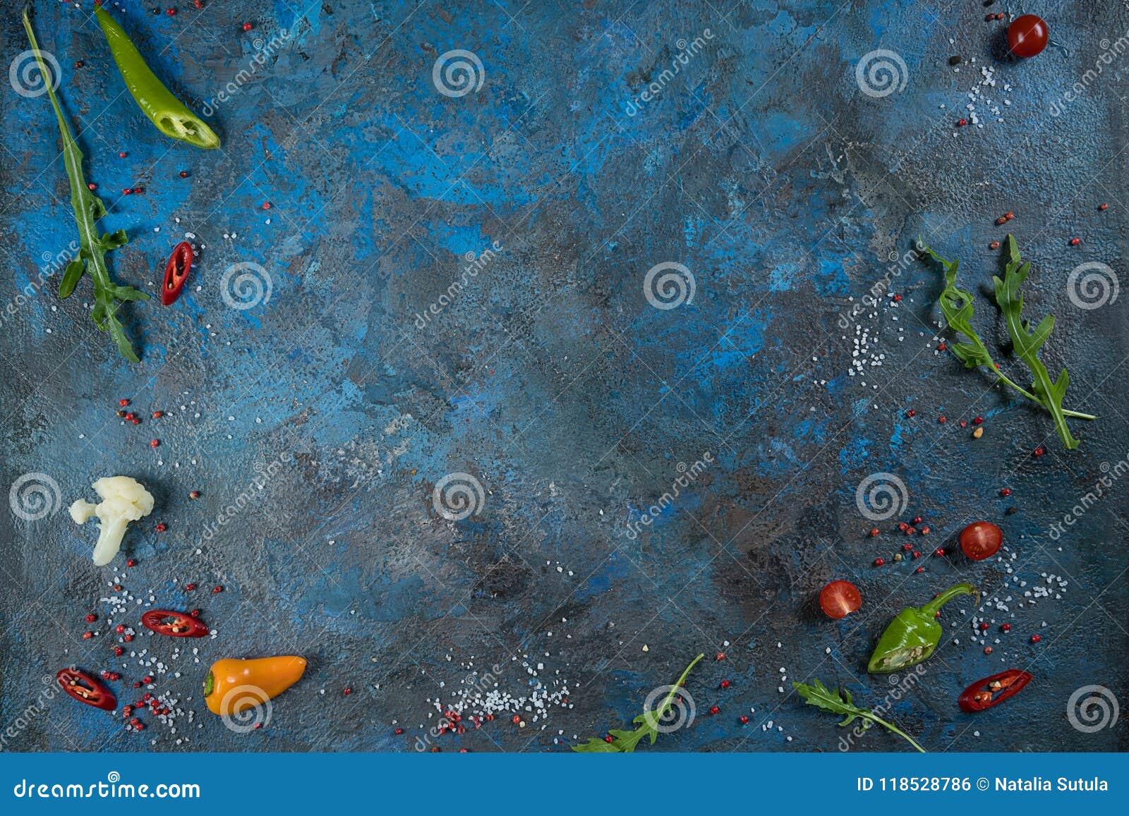 Val av kryddaörter och gräsplaner Ingredienser för matlagning Matbakgrund på svart kritiserar tabellen