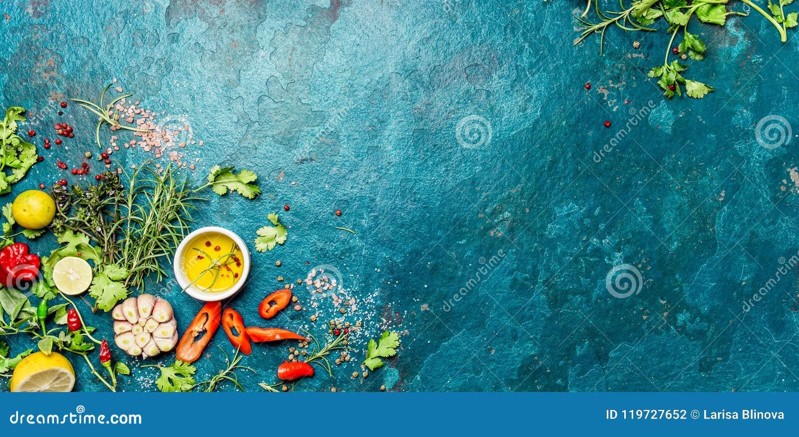 Val av kryddaörter och gräsplaner Ingredienser för matlagning Matbakgrund på turquioise kritiserar bakgrund Top beskådar
