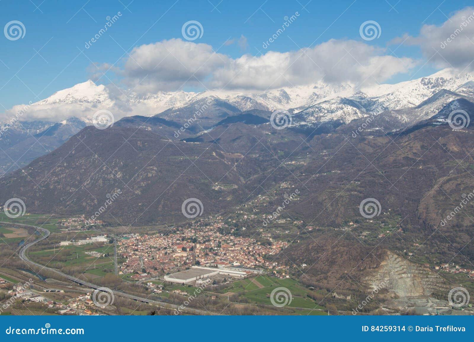 Val di Susa con sus pueblos y montañas nevosas en fondo piedmont Italia
