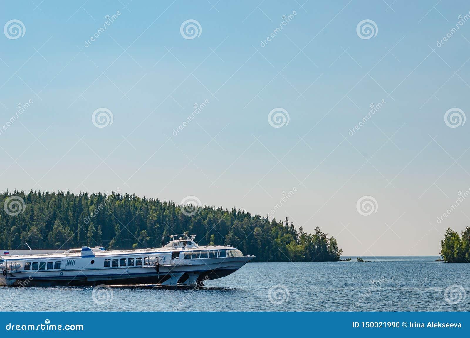 Valaameiland, Rusland 07 17 2018: het schip op vleugelboten vervoerden toeristen en pelgrims tussen de Eilanden Valaam