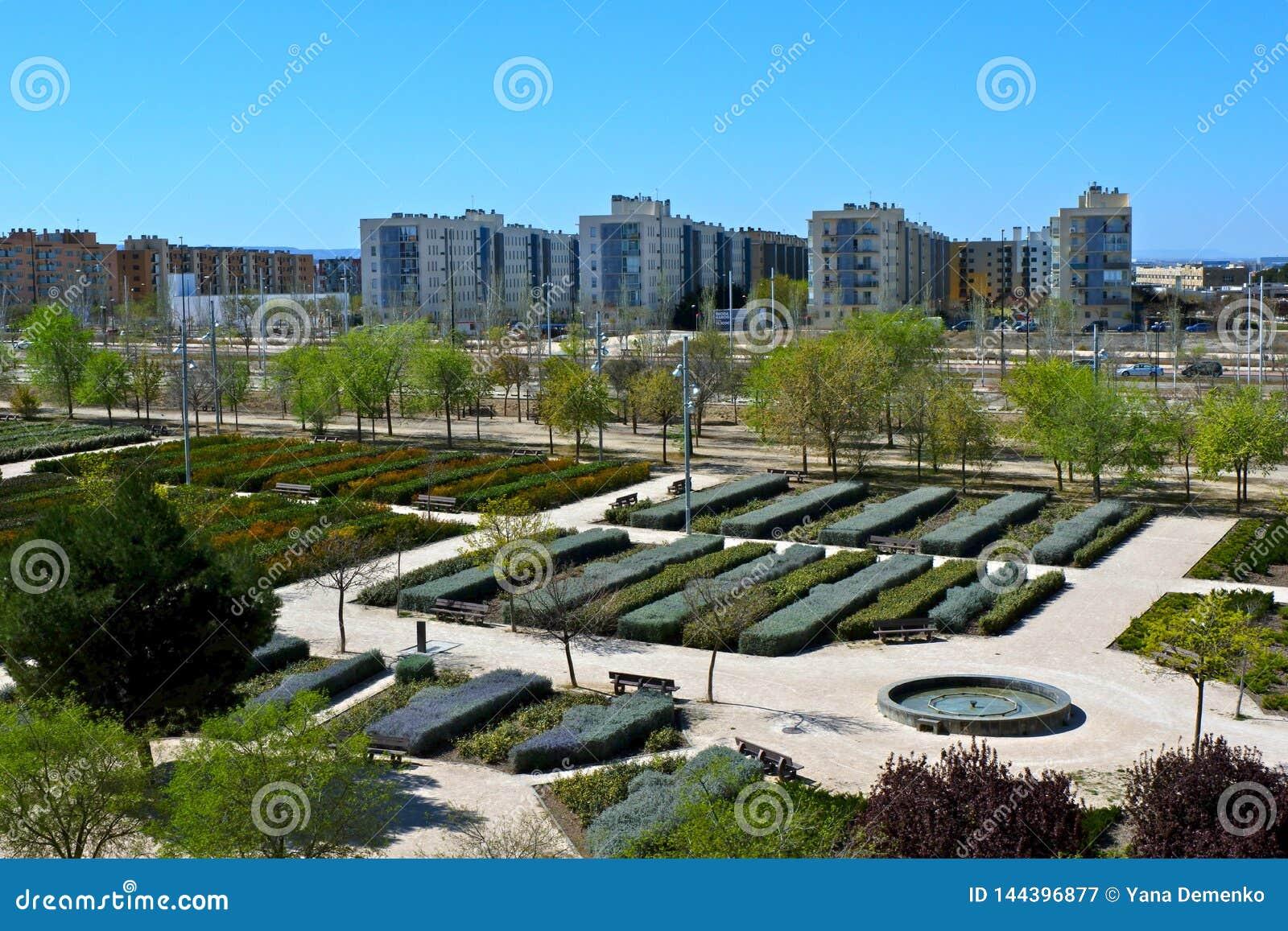 Valdespartera, Zaragoza/Spanje - Maart 27, 2019: Weergeven van het park en de woningbouw