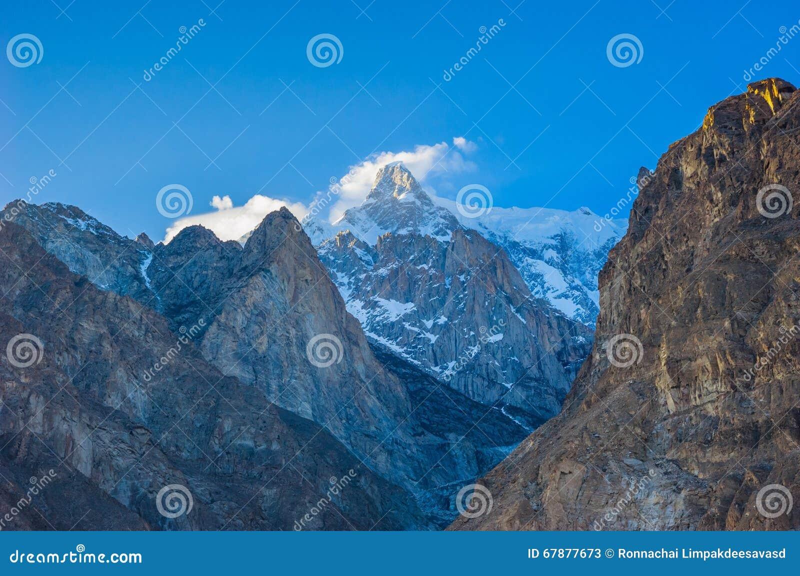 Vale idílico da montanha