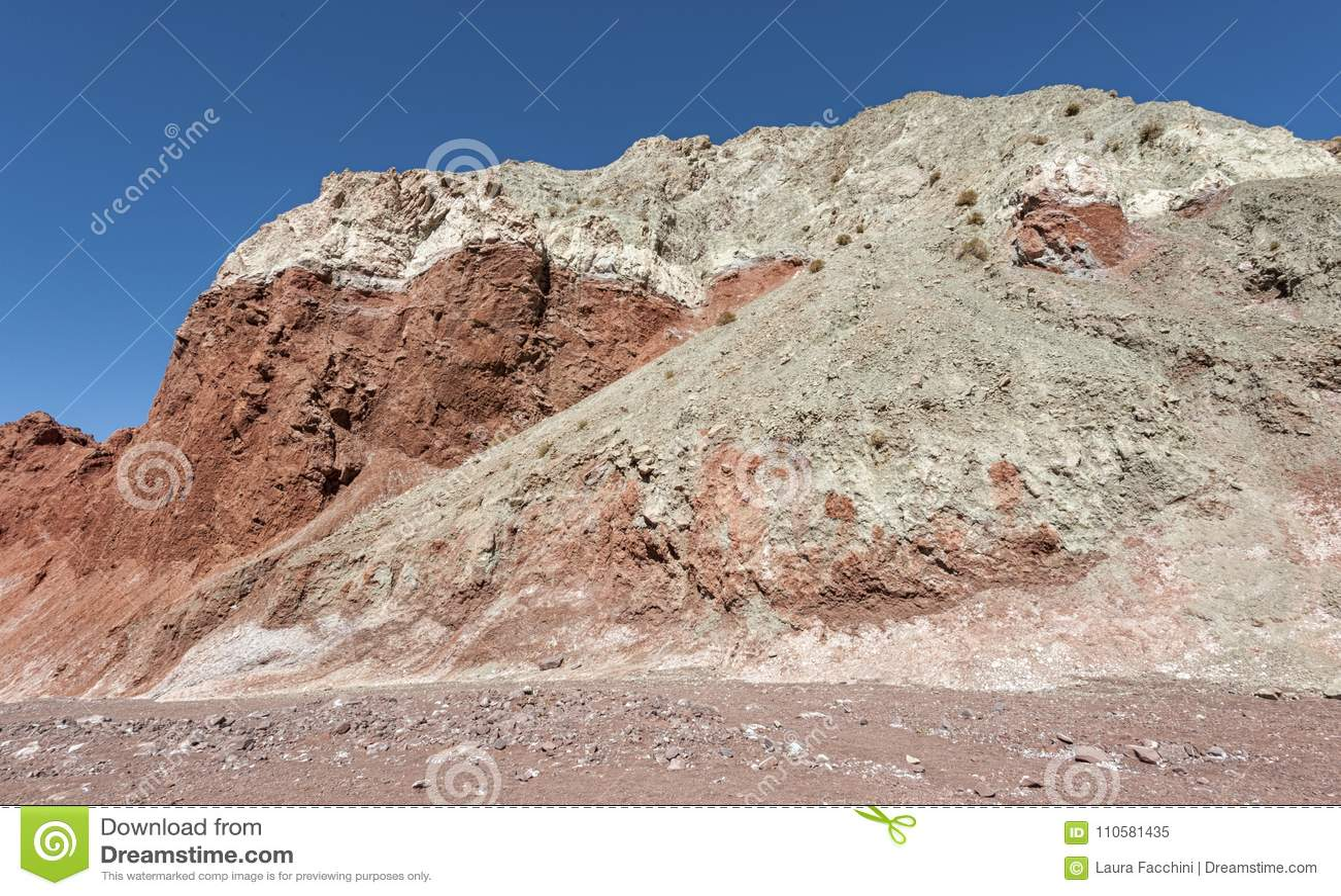 Vale Valle Arcoiris do arco-íris, no deserto de Atacama no Chile As rochas ricas minerais das montanhas de Domeyko dão o vale t
