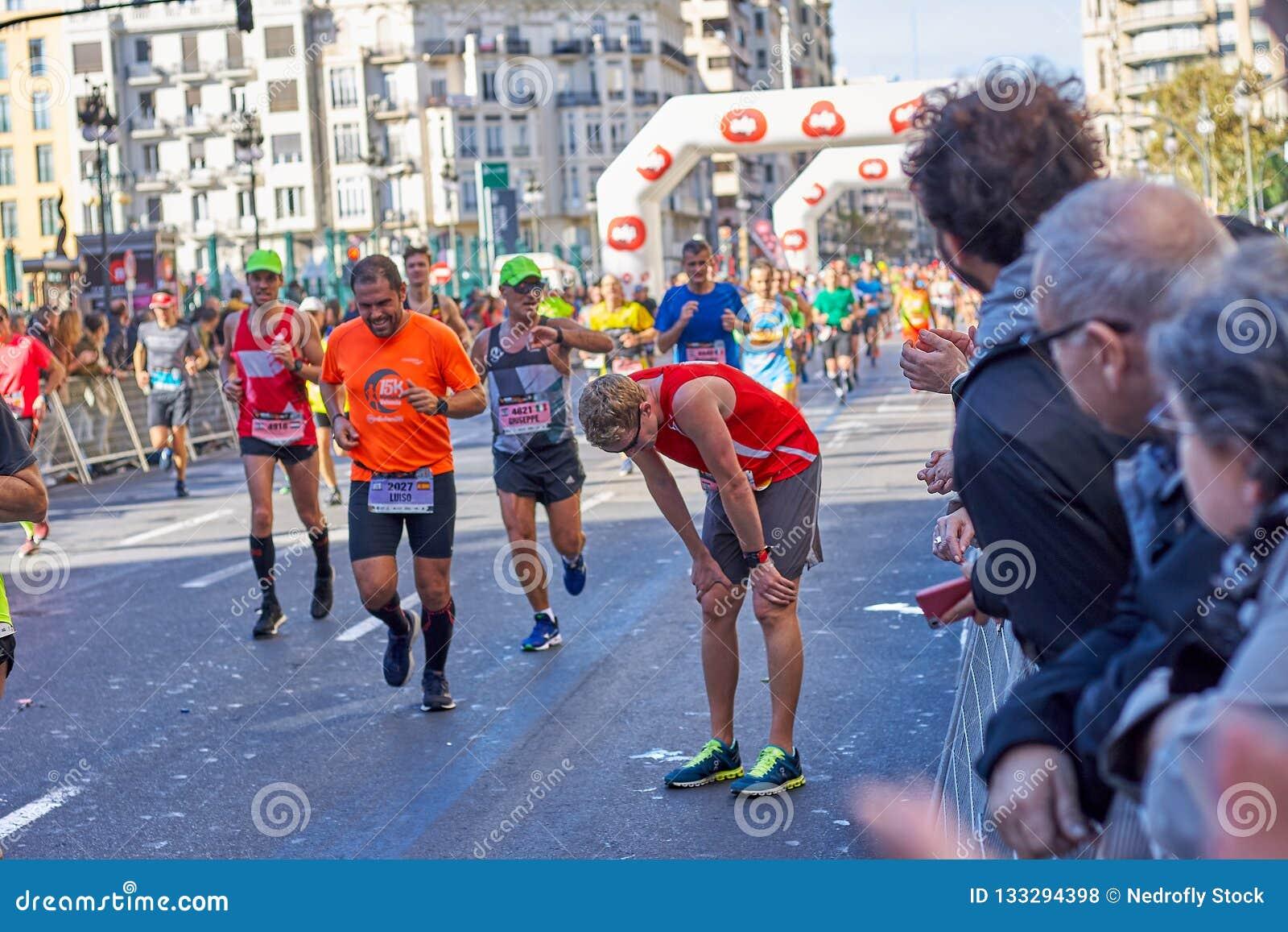 VALENCIA, ESPAÑA - 2 DE DICIEMBRE: Corredor que descansa en el XXXVIII Valencia Marathon el 18 de diciembre de 2018 en Valencia,