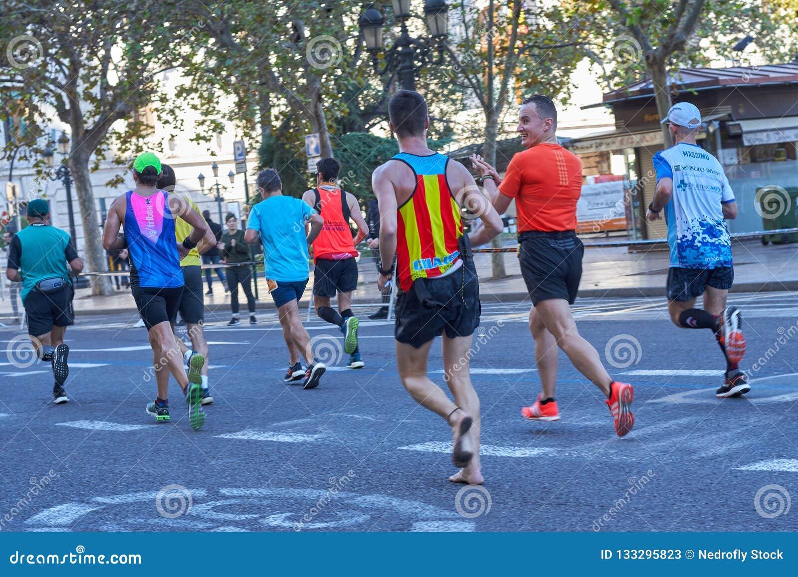 VALENCIA, ESPAÑA - 2 DE DICIEMBRE: El corredor compite sin los zapatos en el XXXVIII Valencia Marathon el 18 de diciembre de 2018