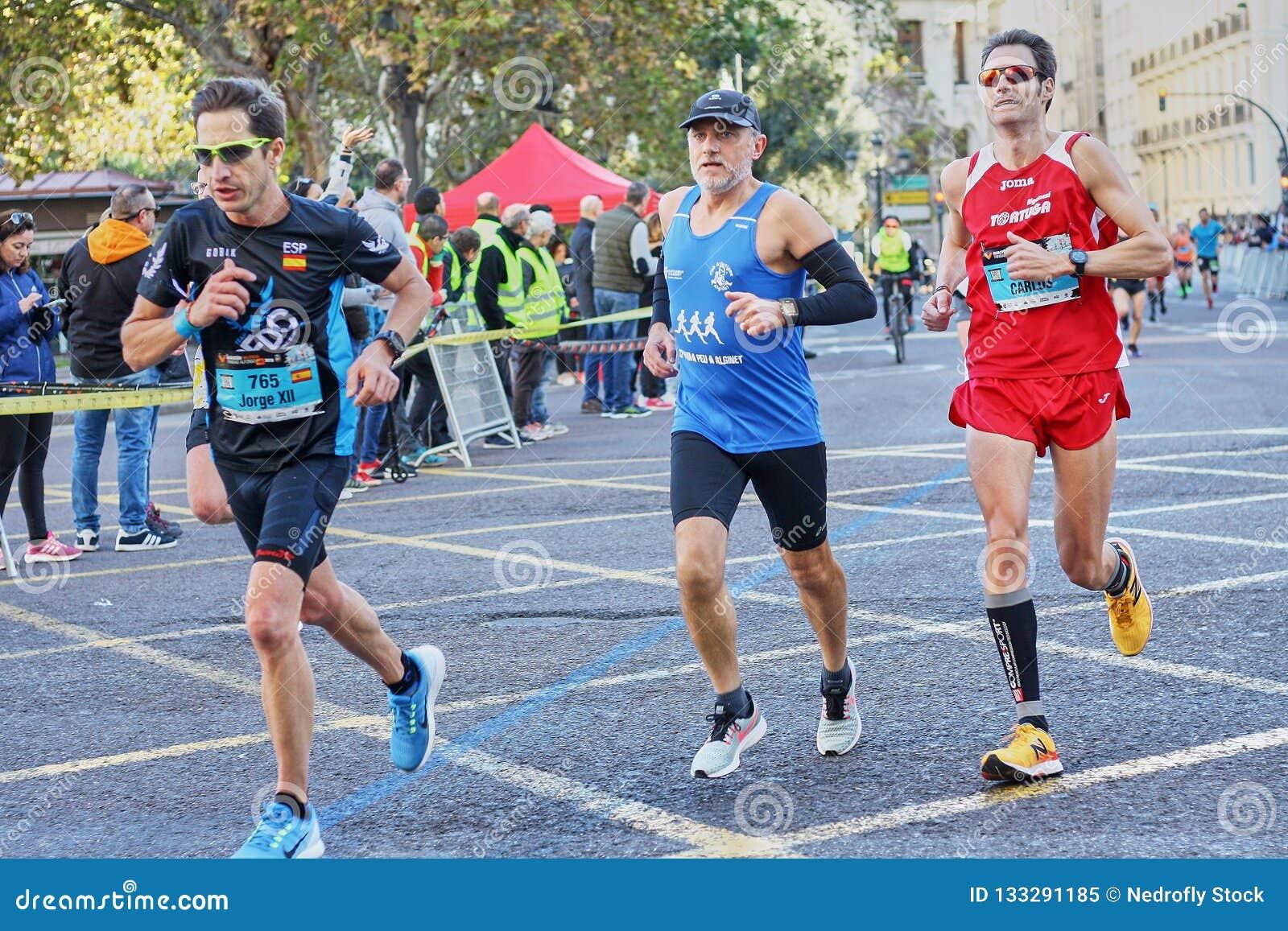 VALENCIA, ESPAÑA - 2 DE DICIEMBRE: Los corredores compiten en el XXXVIII Valencia Marathon el 18 de diciembre de 2018 en Valencia