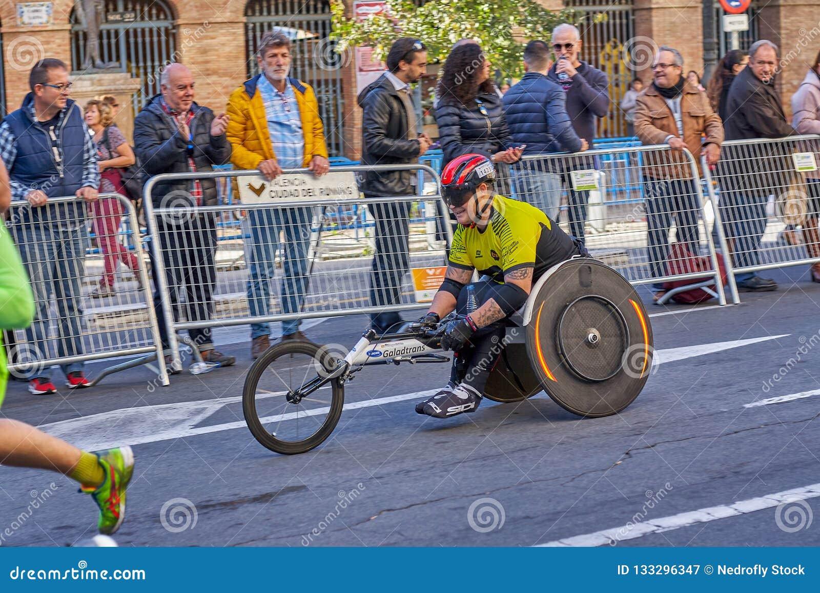VALENCIA, ESPAÑA - 2 DE DICIEMBRE: Los corredores compiten en una silla de ruedas en el XXXVIII Valencia Marathon el 18 de diciem