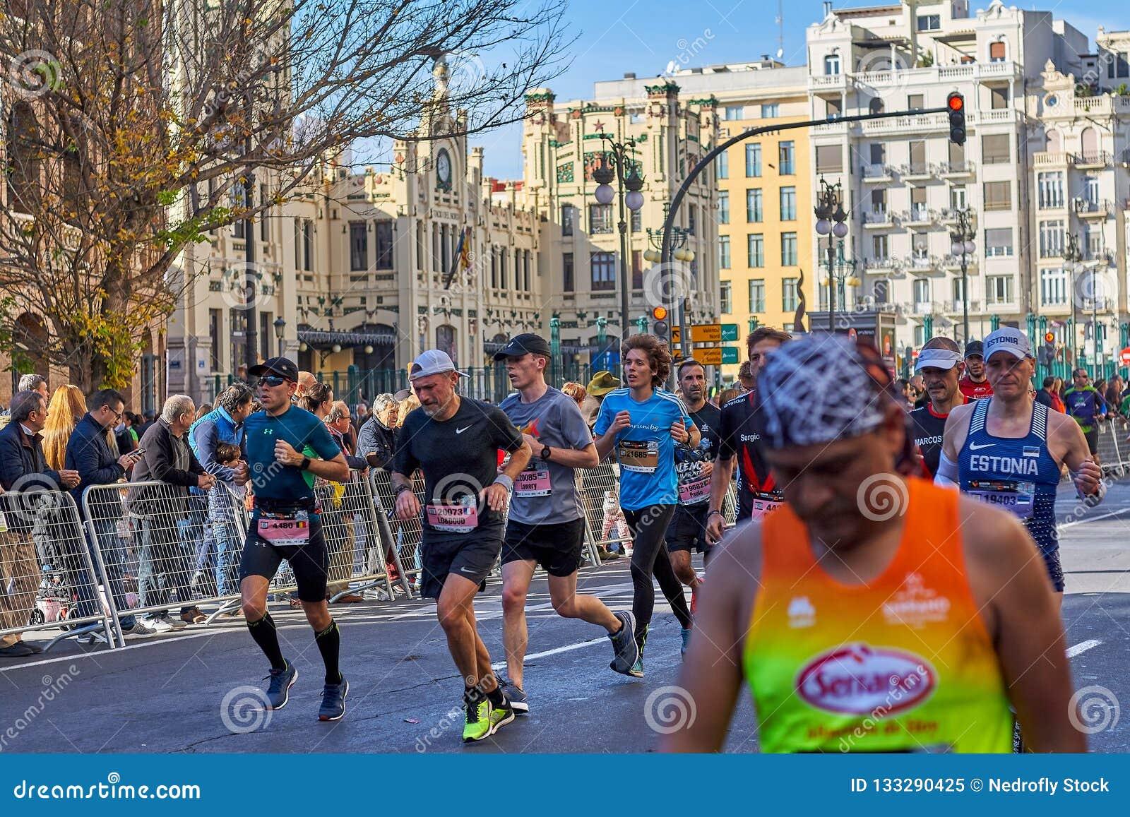 VALENCIA SPANIEN - DECEMBER 02: Löpare konkurrerar i XXXVIIIEN Valencia Marathon på December 18, 2018 i Valencia, Spanien