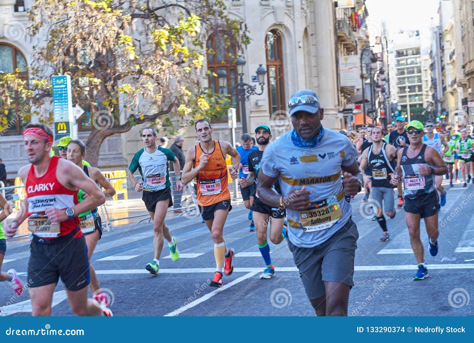 VALENCIA, SPANIEN - 2. DEZEMBER: Läufer konkurrieren in dem XXXVIII Valencia Marathon am 18. Dezember 2018 in Valencia, Spanien