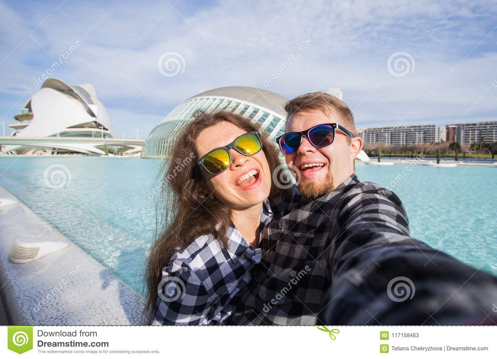 Valencia, Spanje, 02 Januari, 2018, Gelukkig paar maakt selfie op de achtergrond van het Hemisferic-gebouw in Stad van