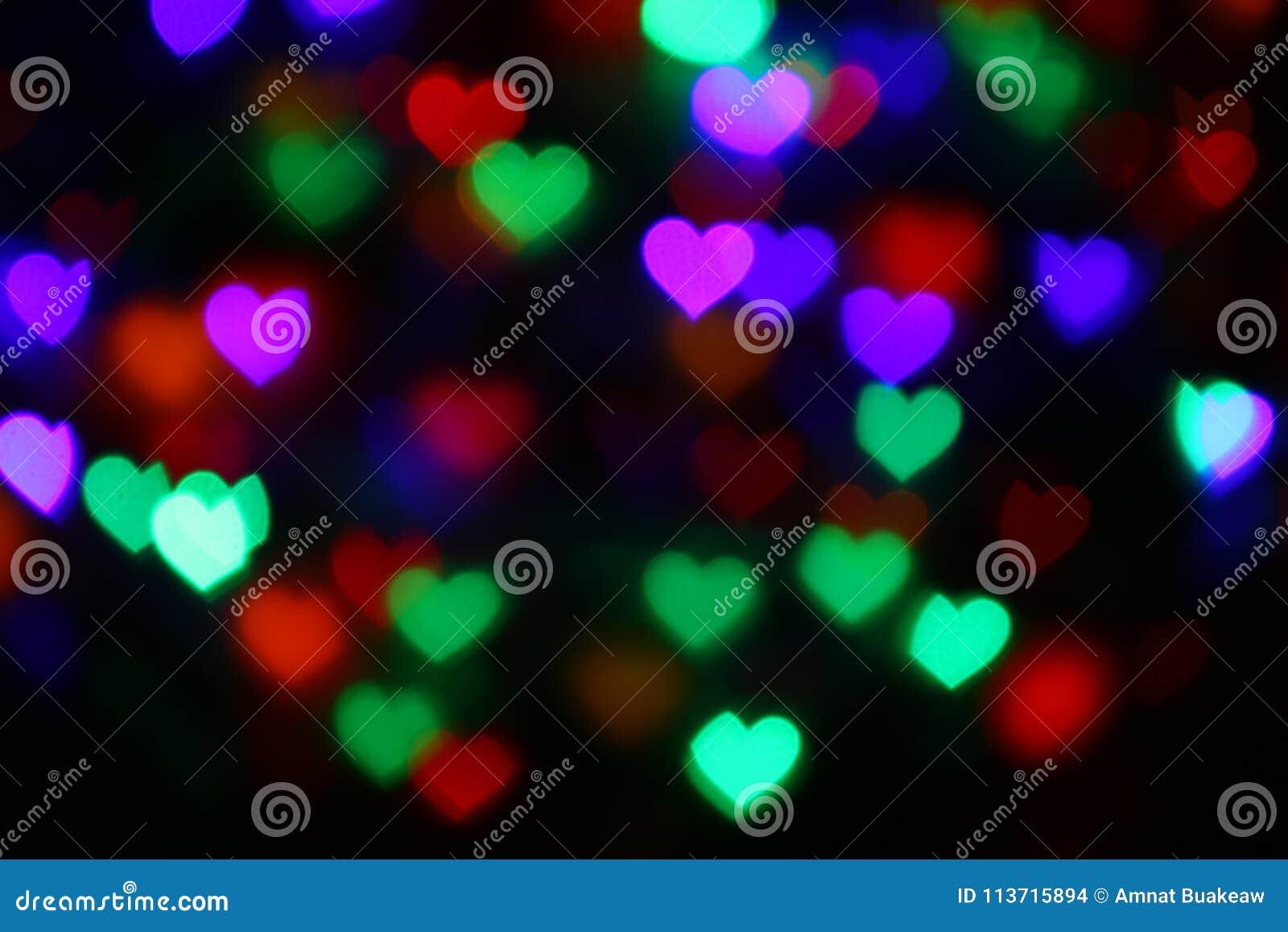 Valentijnskaarten Kleurrijk hart-vormig bokeh op zwarte verlichting als achtergrond bokeh voor decoratie bij het onduidelijke bee