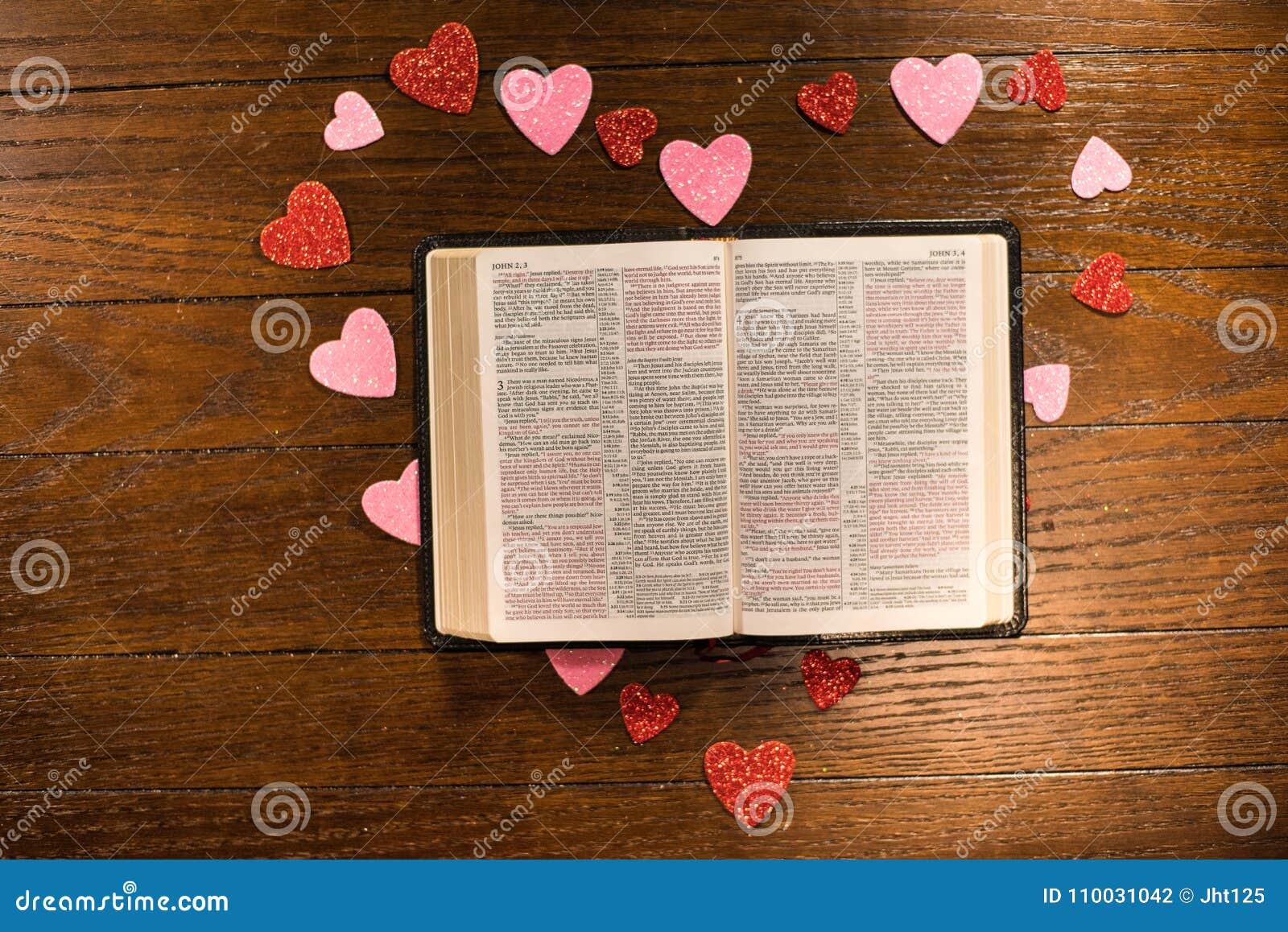 Valentijnskaartenhart en bijbel op houten lijst