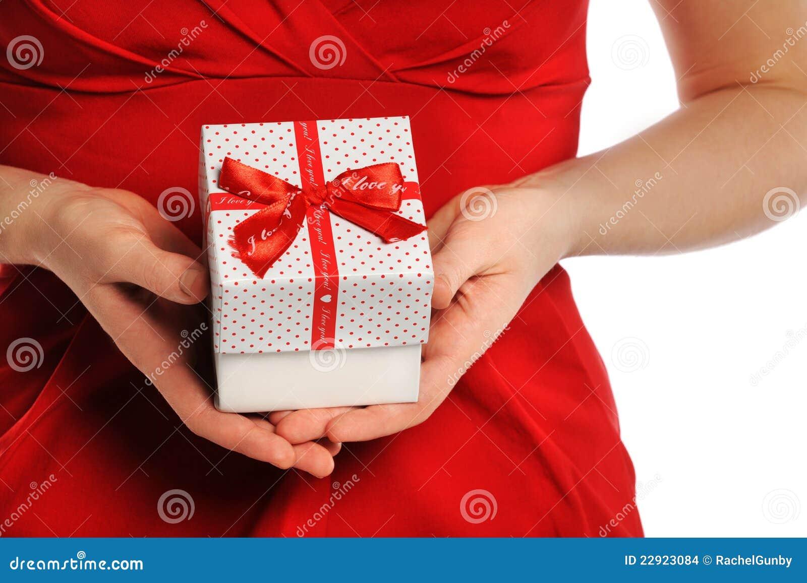 Valentim   dia de s: Dando o presente com fita vermelha