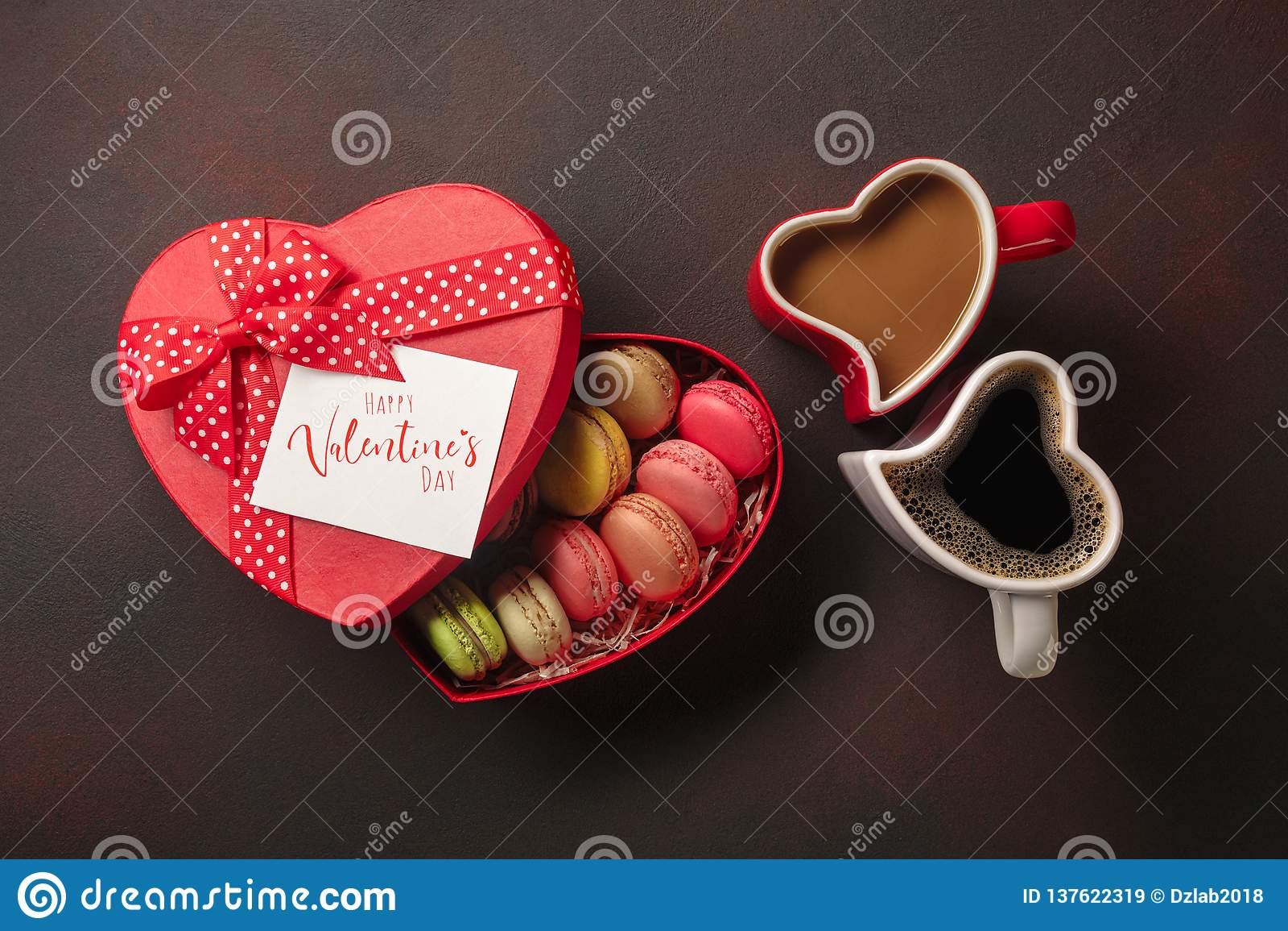 Valentin dag med gåvor, enformad ask, koppar kaffe, hjärta-formade kakor, makron och en svart tavla Bästa sikt med
