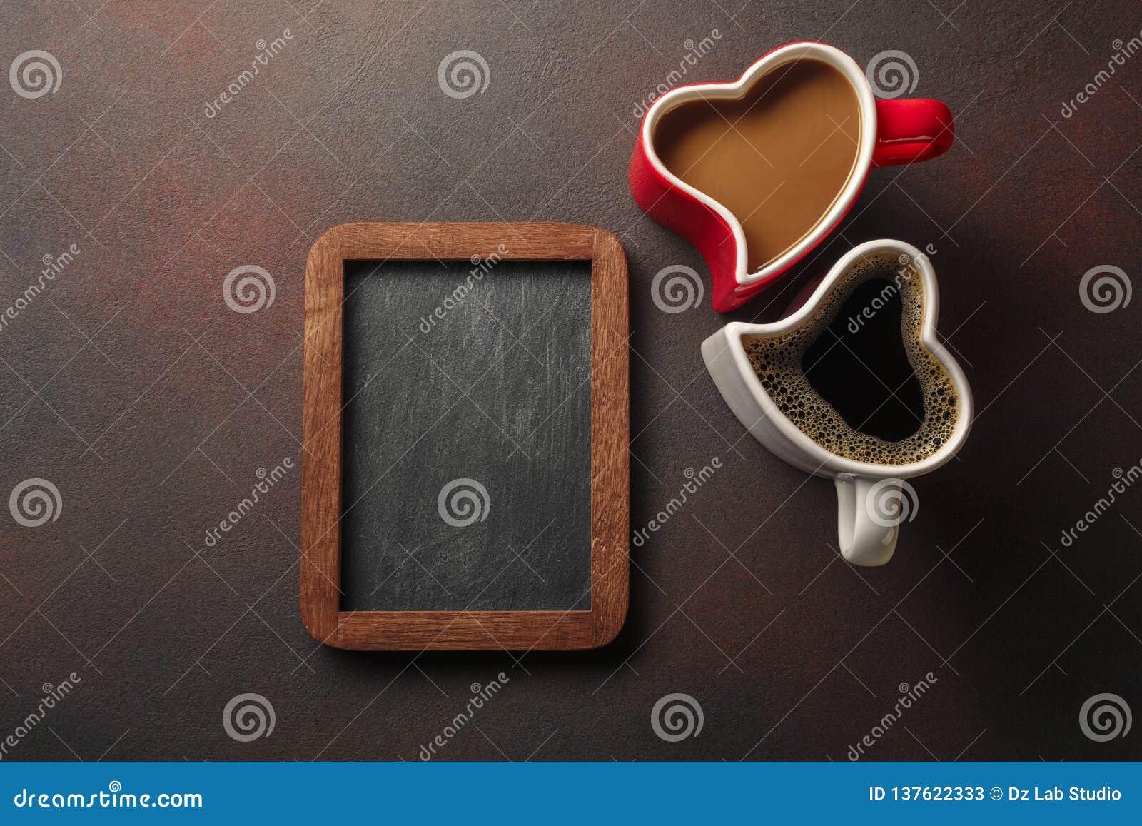 Valentin dag med gåvor, enformad ask, koppar kaffe, hjärta-formade kakor och en svart tavla Bästa sikt med kopieringsutrymme