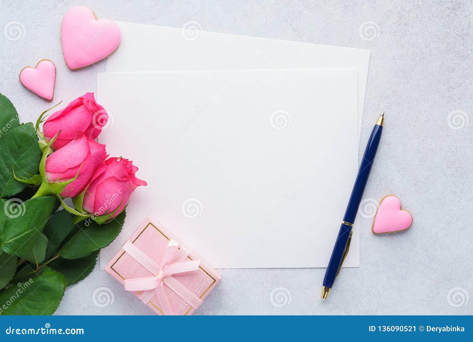 Valentin dagkort med den tomma listan av papper, rosor och pennan