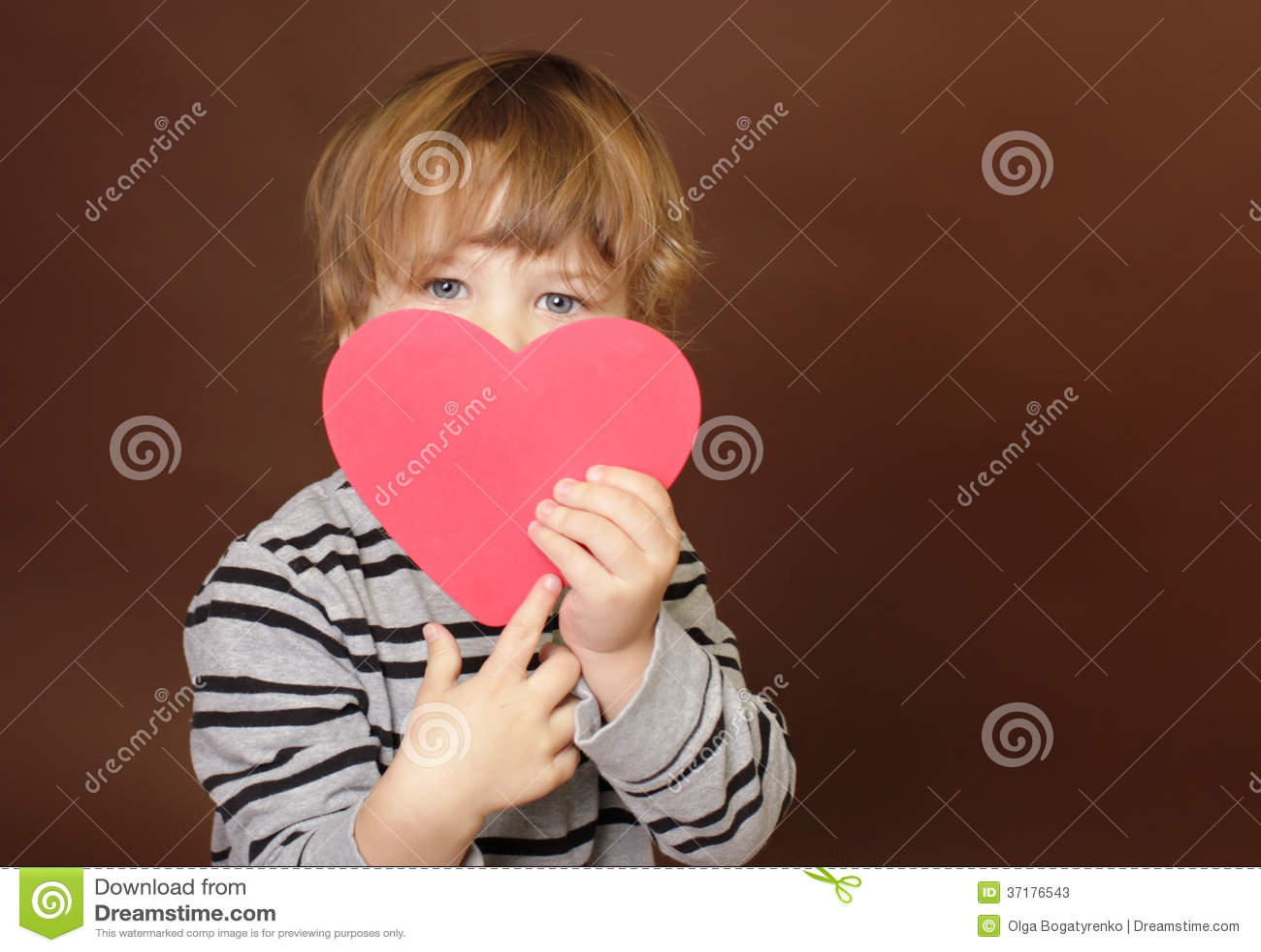 Valentin för barn hållande tecken för hjärta för dag