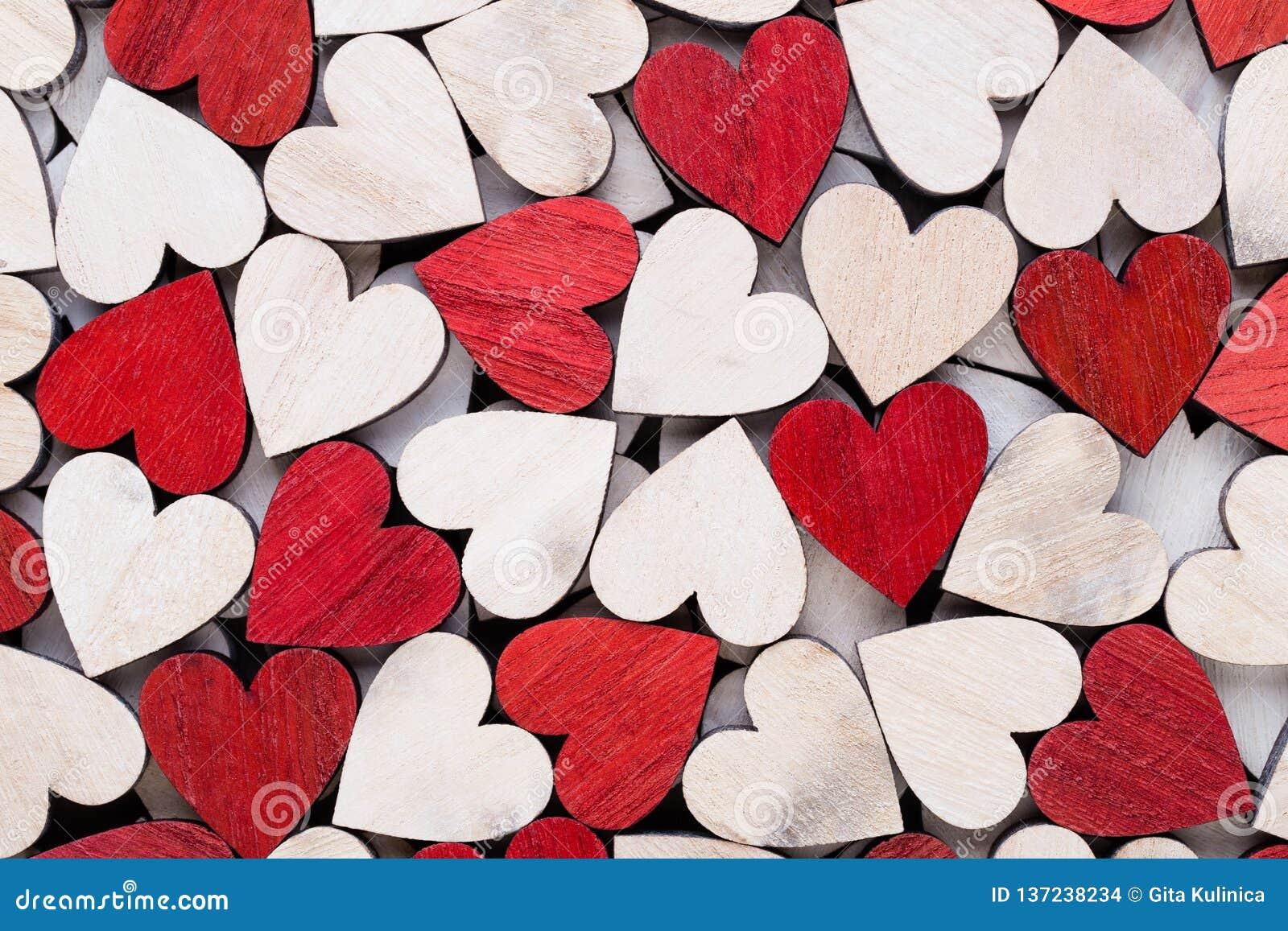 Valentindagbakgrund med röda hjärtor för vitt slut på träbakgrund