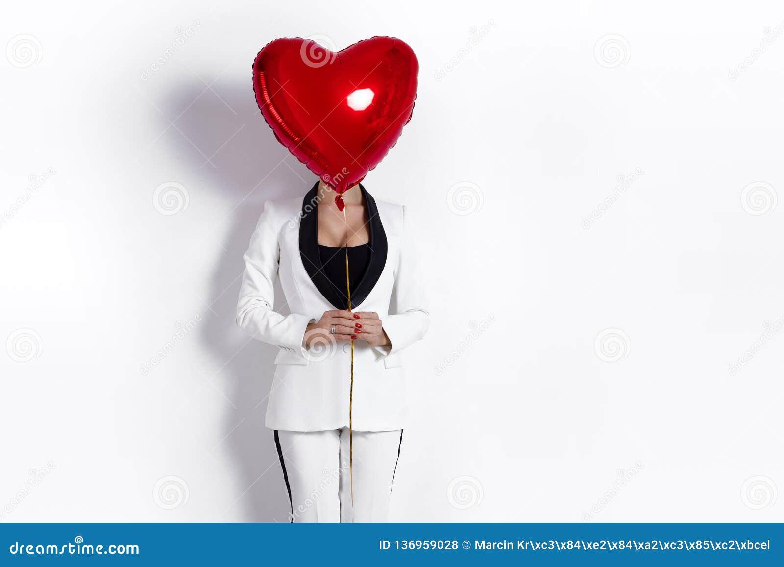 Valentine Beauty-meisje met het rode die portret van de luchtballon, op achtergrond wordt geïsoleerd Mooie Gelukkige Jonge vrouw
