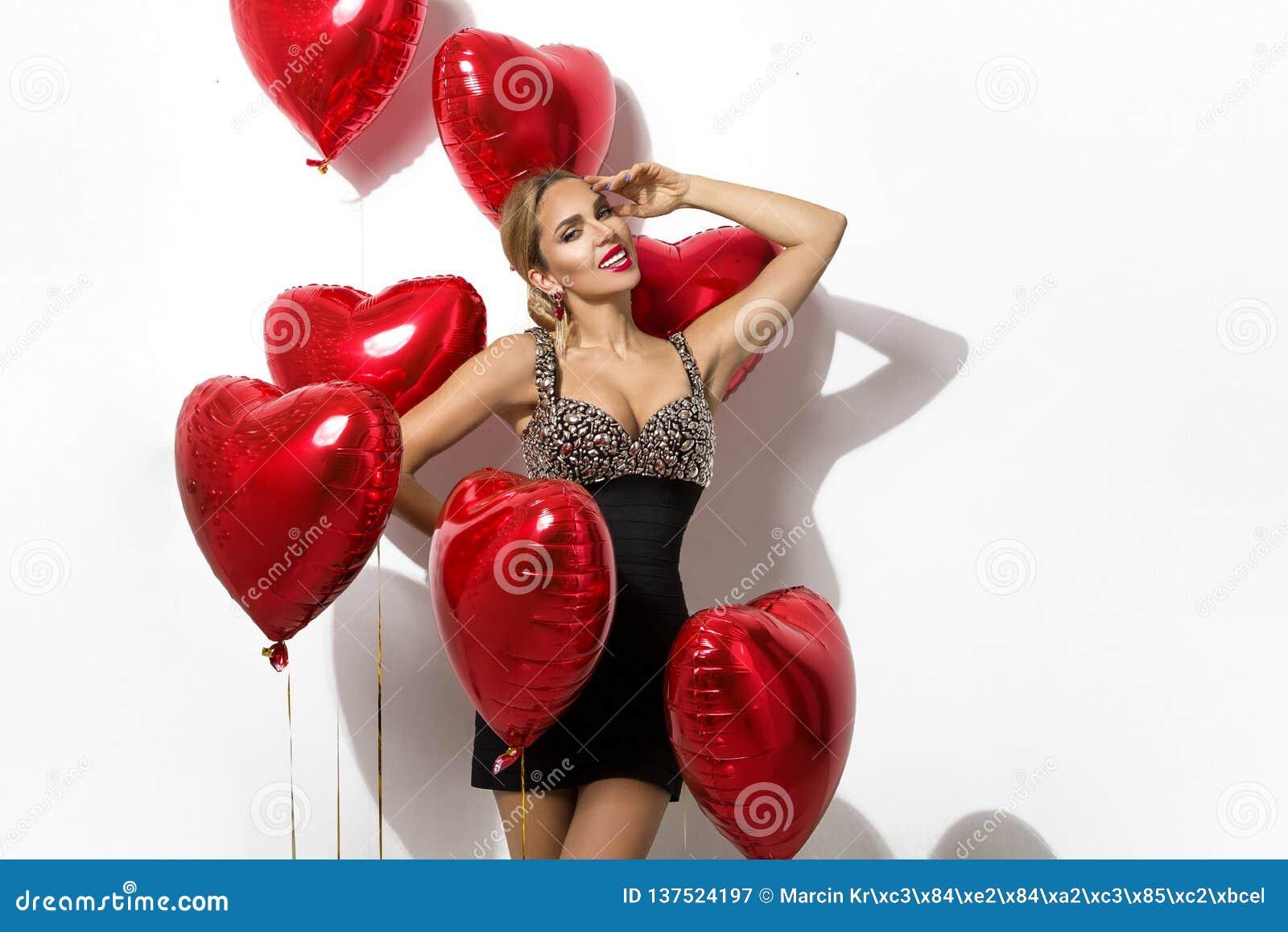 Valentine Beauty-meisje met het rode portret die van de luchtballon hand richten die, op achtergrond wordt geïsoleerd