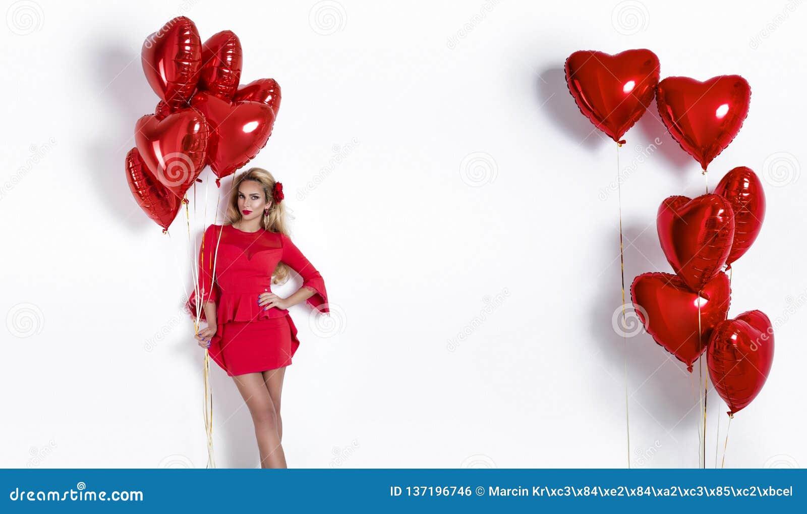 Valentine Beauty-meisje met rode die luchtballon op witte achtergrond wordt geïsoleerd Mooie Gelukkige Jonge vrouw die producten