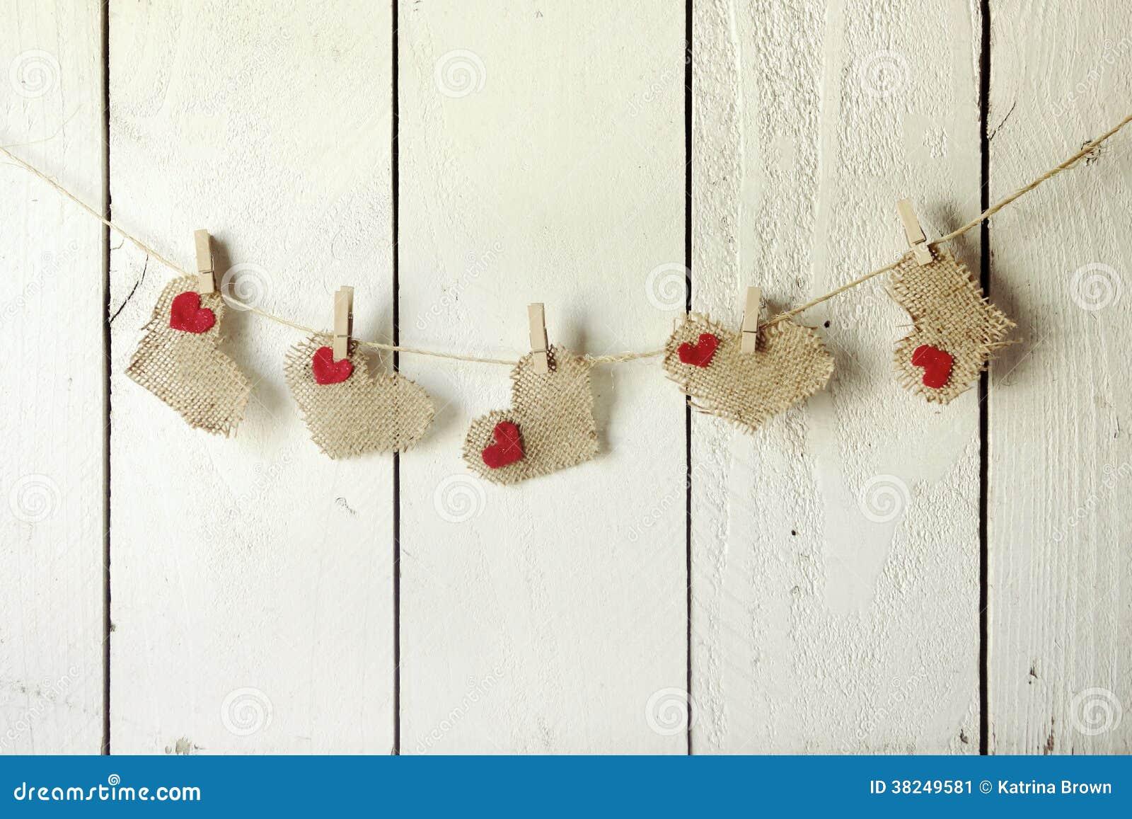 Valentine Burlap Hearts Hanging felice su una parete di legno