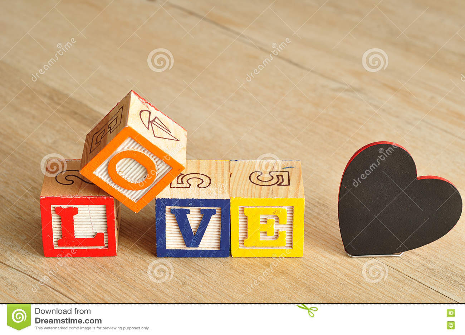 Valentine& x27; s-dag Förälskelse som stavas med färgrika alfabetkvarter