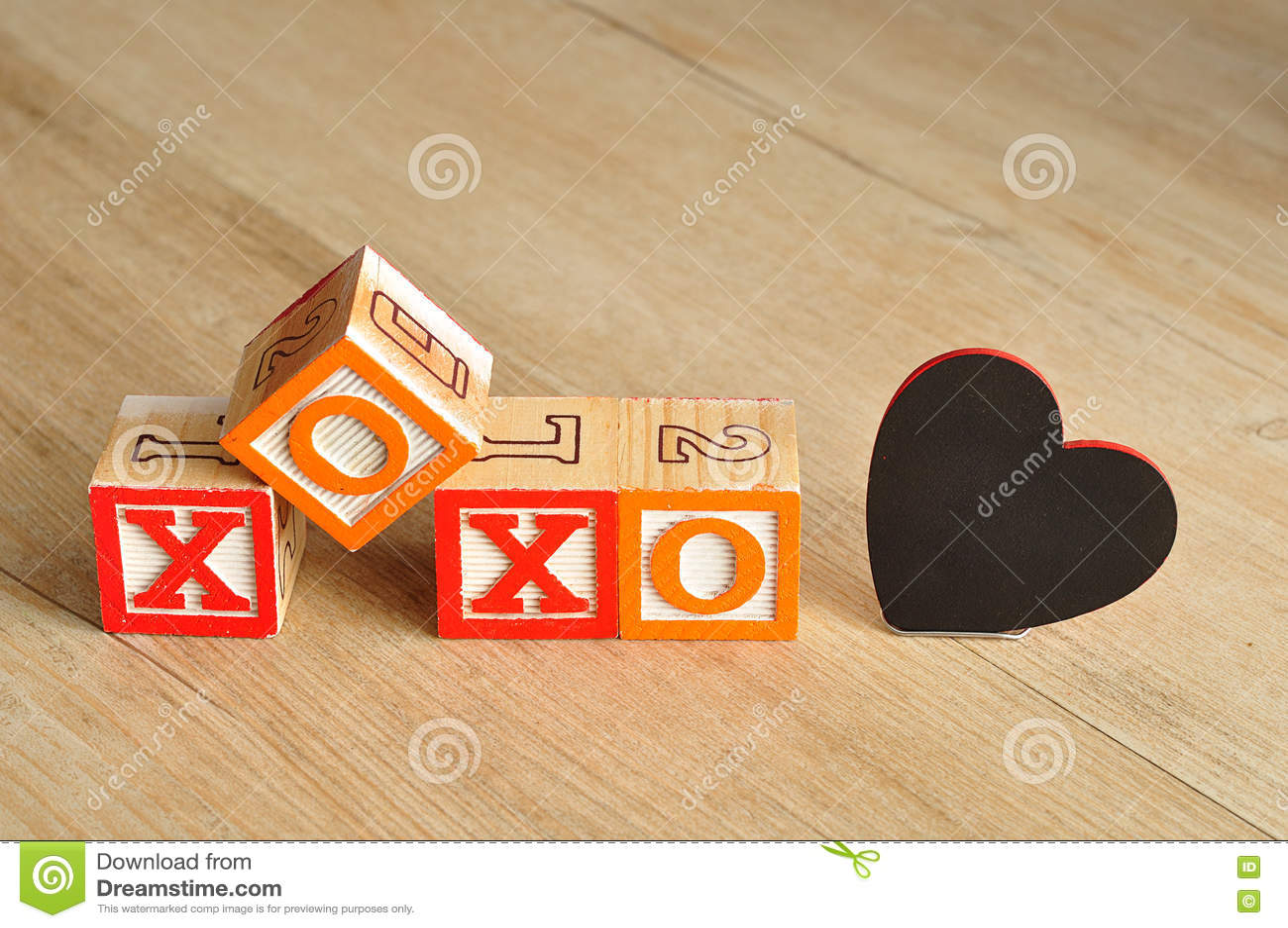 Valentine& x27; s-dag XOXO som stavas med färgrika alfabetkvarter