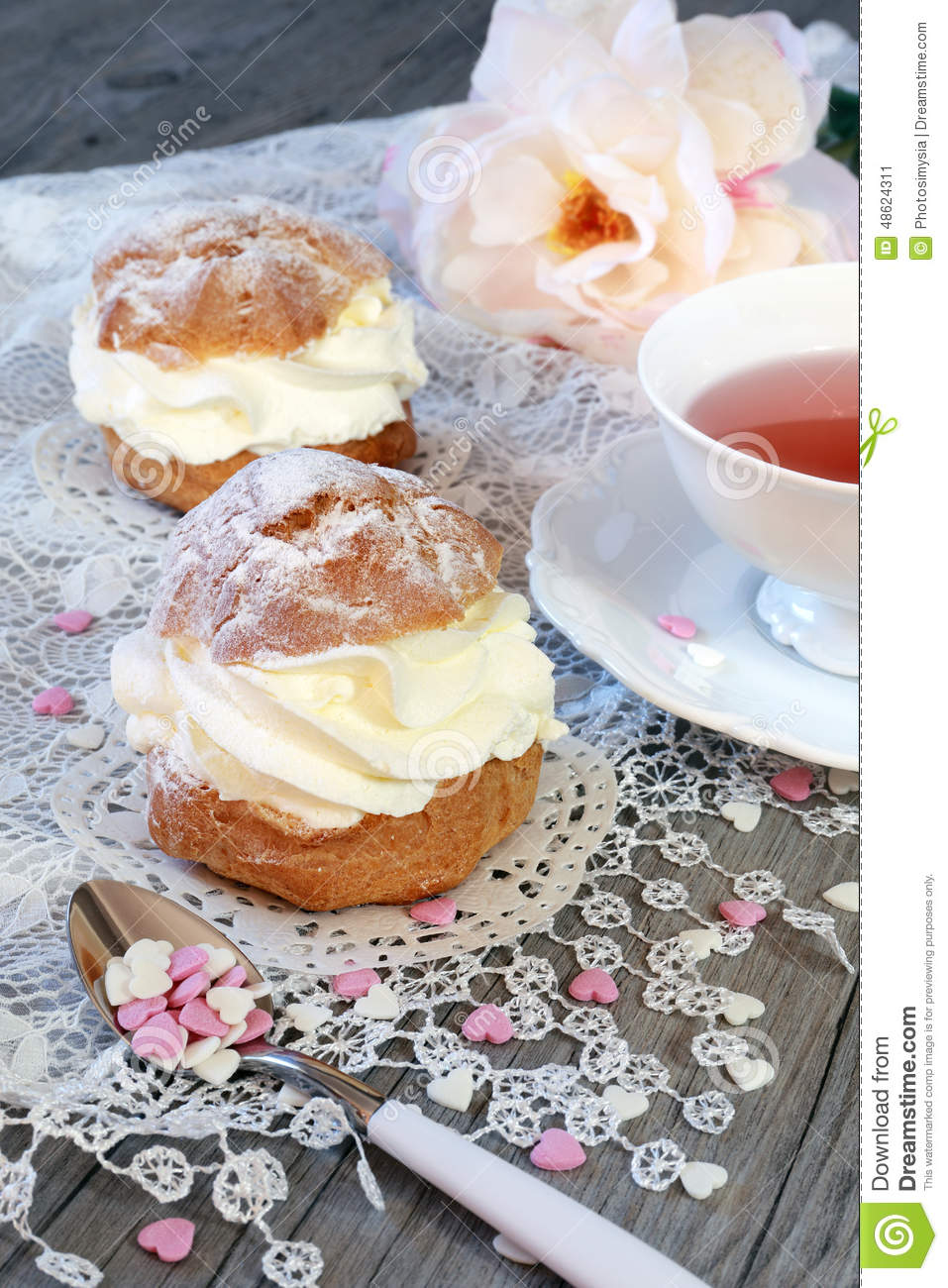 Valentine s Day: Romantic tea drinking with pastry chantilly cre