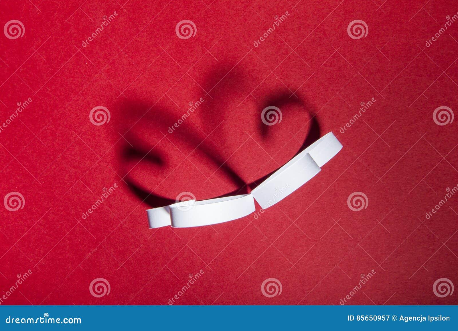 Valentine, twee harten, rode achtergrond