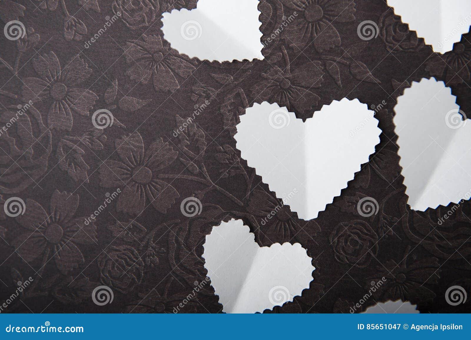 Valentine, wit hart op een chocoladeachtergrond, Ruimte, een plaats om de woorden in te gaan