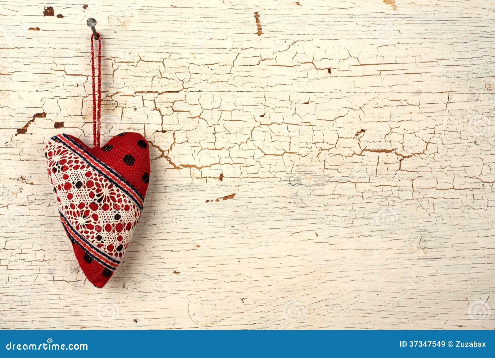 Valentinhjärta på a   gammal trädörr