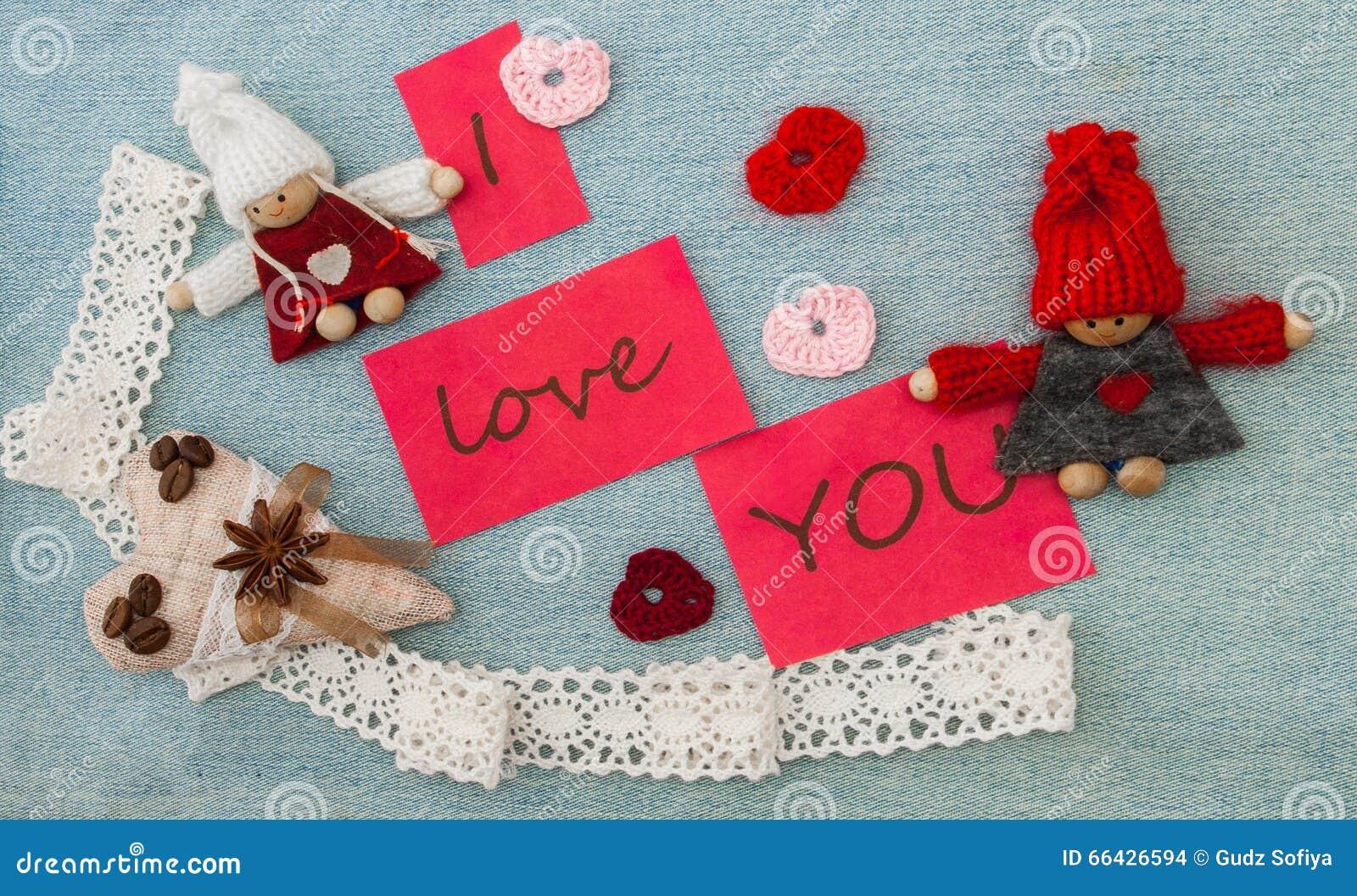 Valentinsgruß, Grußkarte mit rotem Rüschenherzen und strickendes c