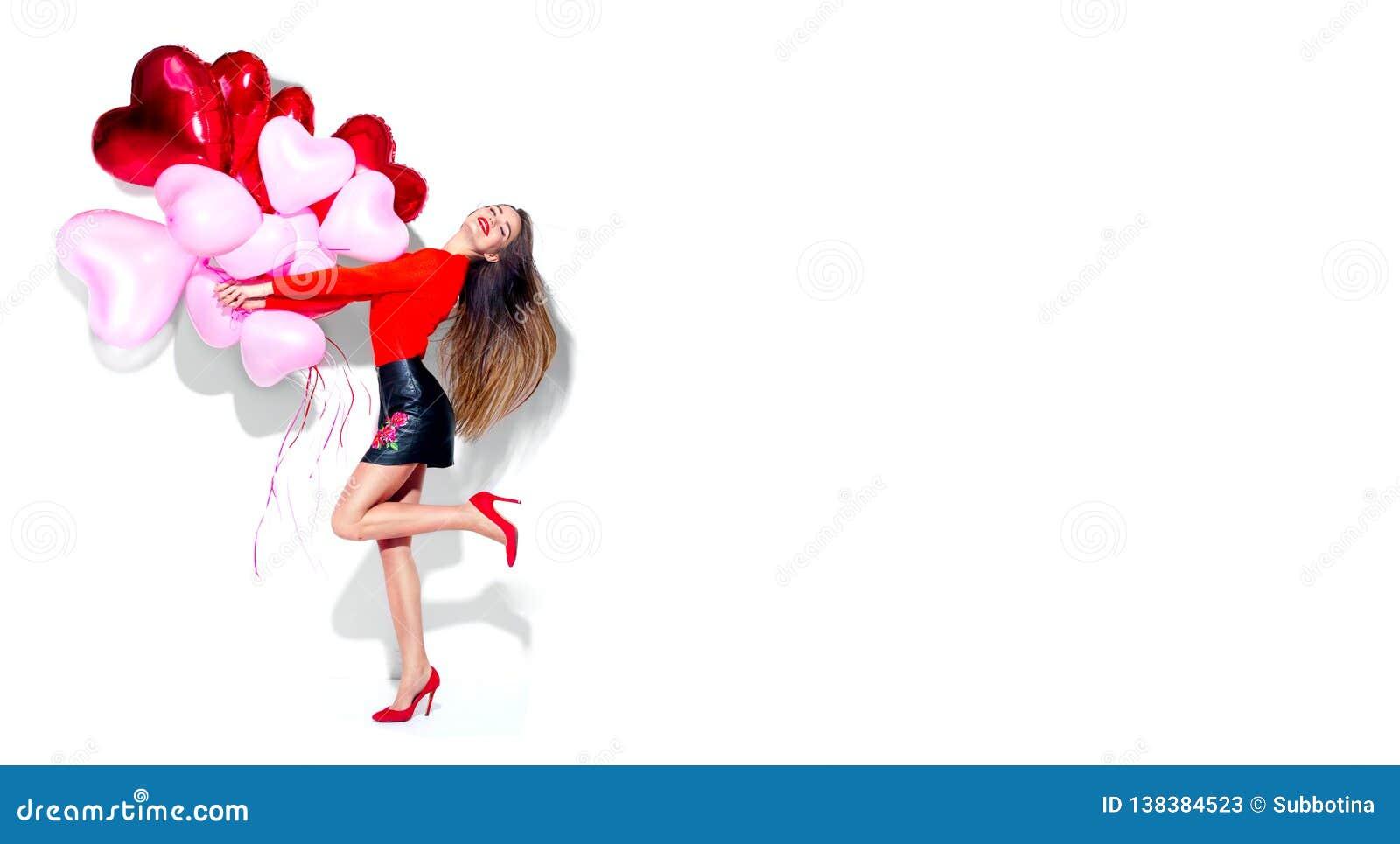 Valentinsgruß `s Tag Frohes sexy Schönheitsmädchen mit den bunten Luftballonen, die den Spaß, lokalisiert auf Weiß haben